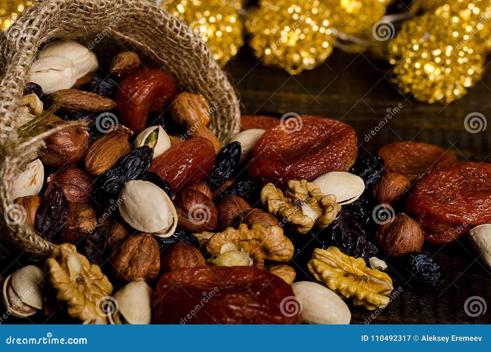 De noten, de droge vruchten, de pistaches en andere verspreidden zich van de zak op de lijst