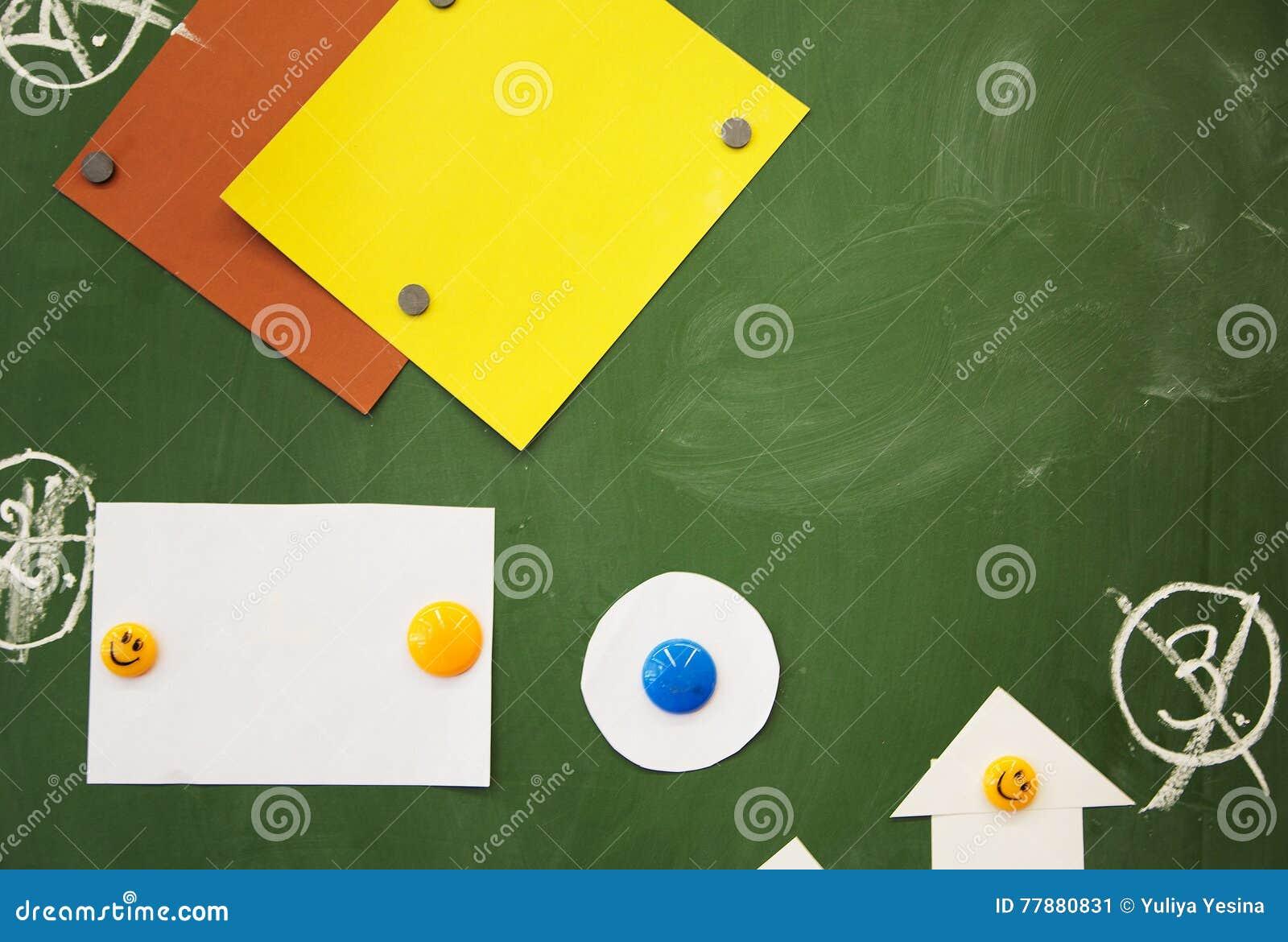 De nouveau à l école Aimants et paper& x27 ; chiffres de s sur le bureau