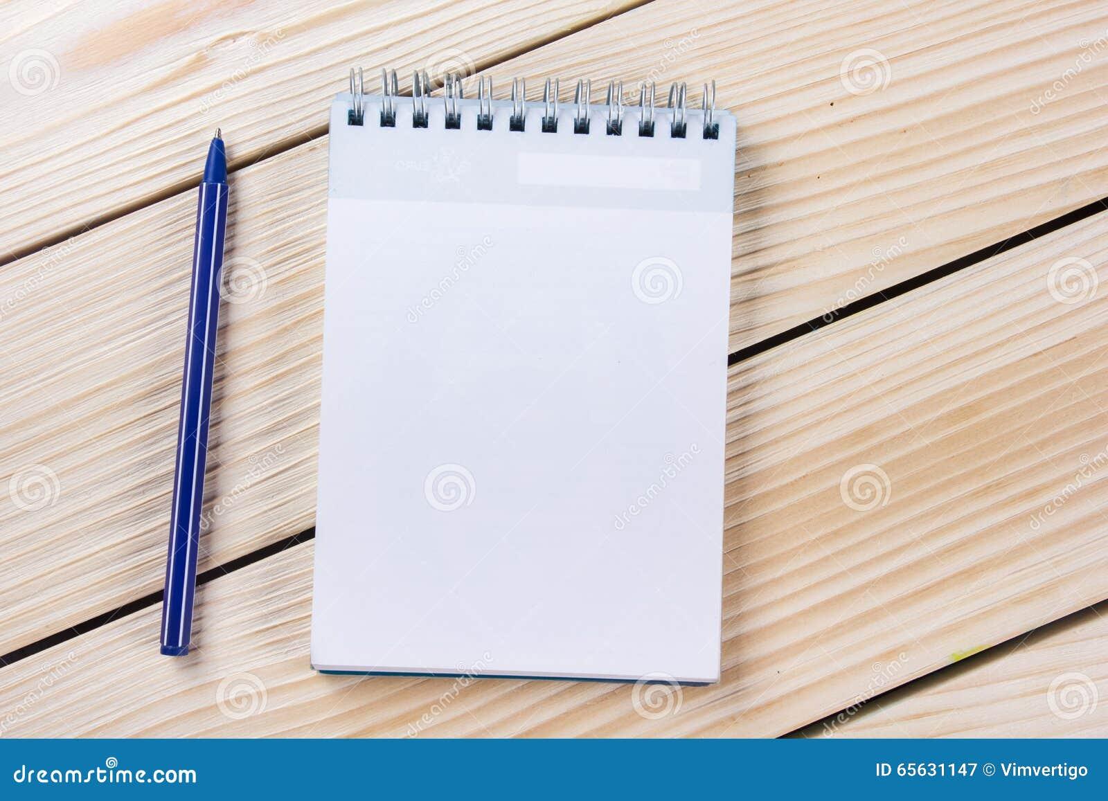 De nouveau à l école Bloc-notes vide, carnet avec le stylo et verres