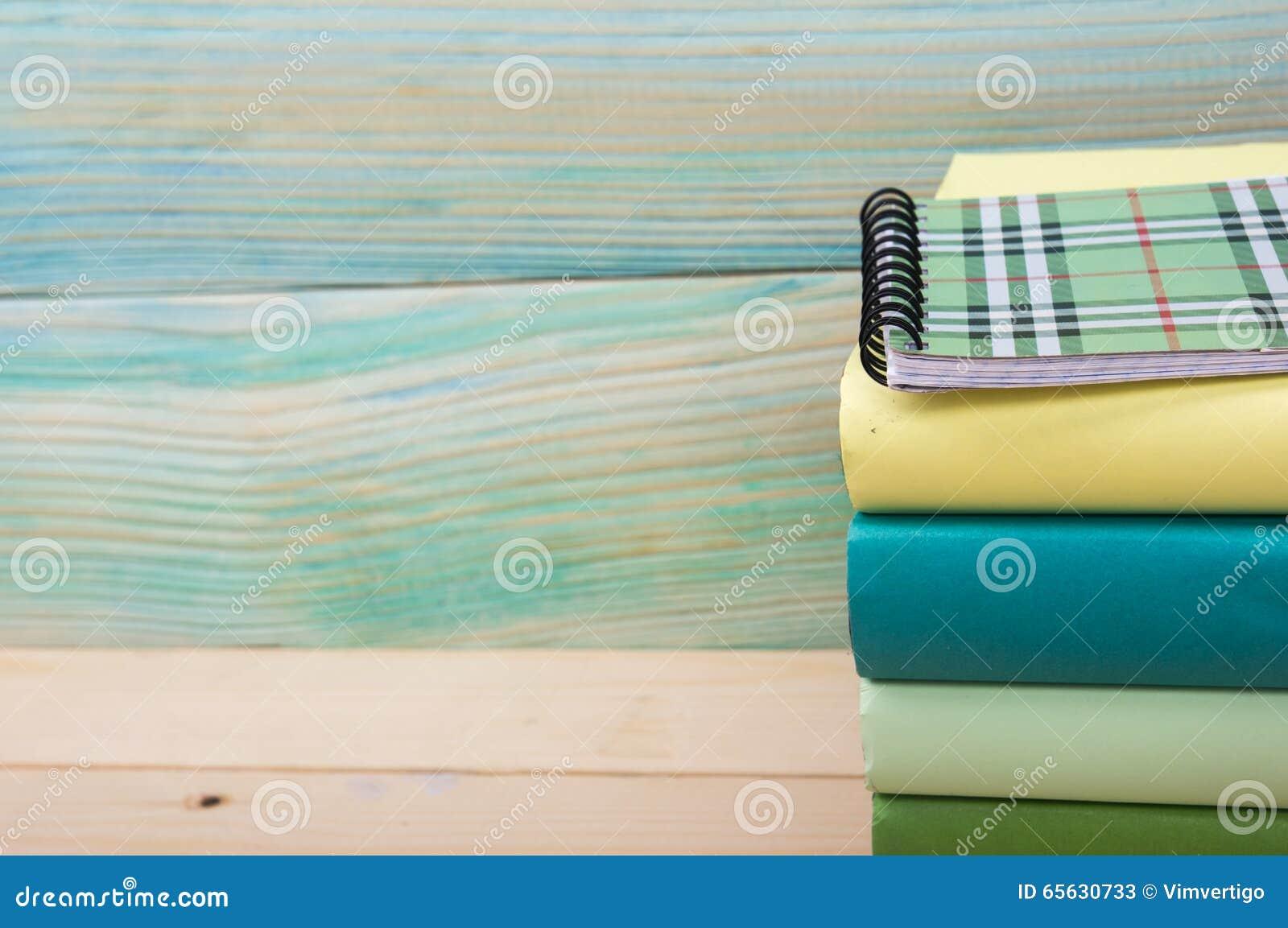 De nouveau à l école Pile de livres colorés sur la table en bois Copiez l espace