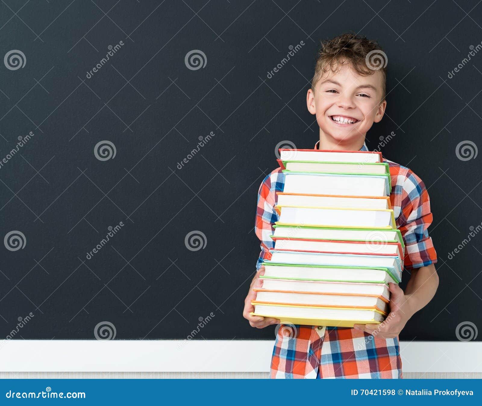 De nouveau au concept d école - écolier avec des livres