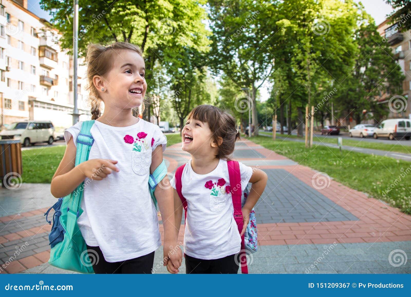 De nouveau au concept d éducation d école avec des enfants de fille, étudiants élémentaires, sacs à dos de transport allant class