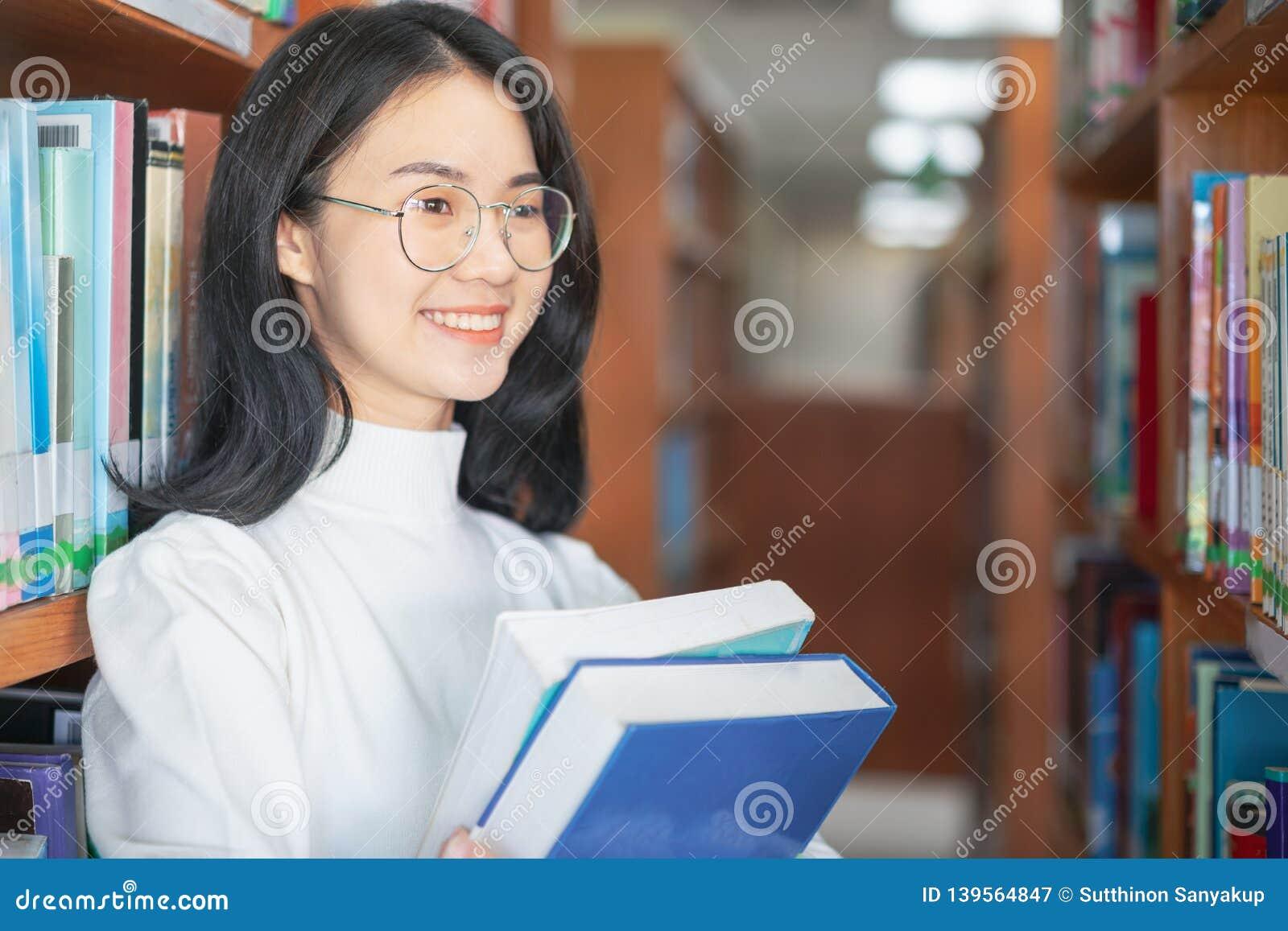 De nouveau au concept d université d université de la connaissance d éducation d école, bel étudiant universitaire féminin tenant