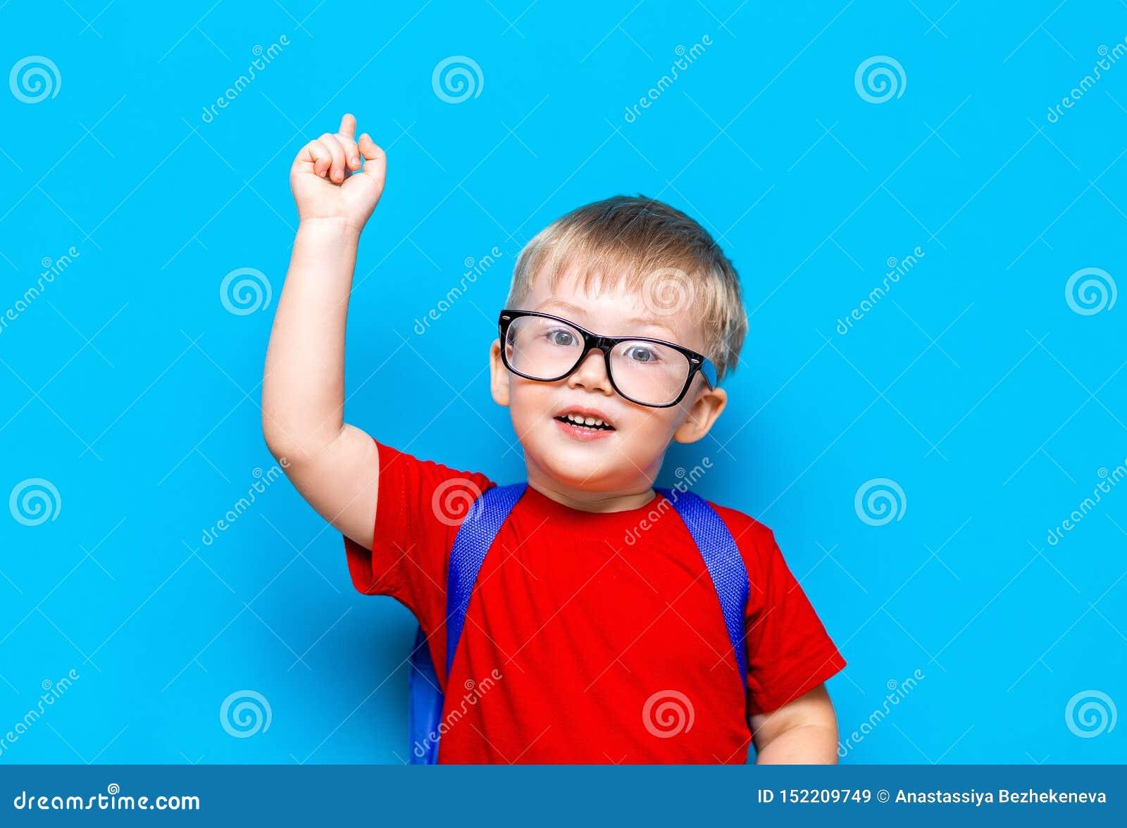 De nouveau au mode de vie junior de première catégorie d école Petit garçon dans le T-shirt rouge Fin vers le haut de portrait de