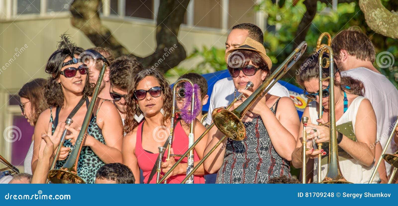 27 de novembro de 2016 Faixa das mulheres nos óculos de sol que jogam o trombone na rua no distrito de Leme, Rio de janeiro, Bras