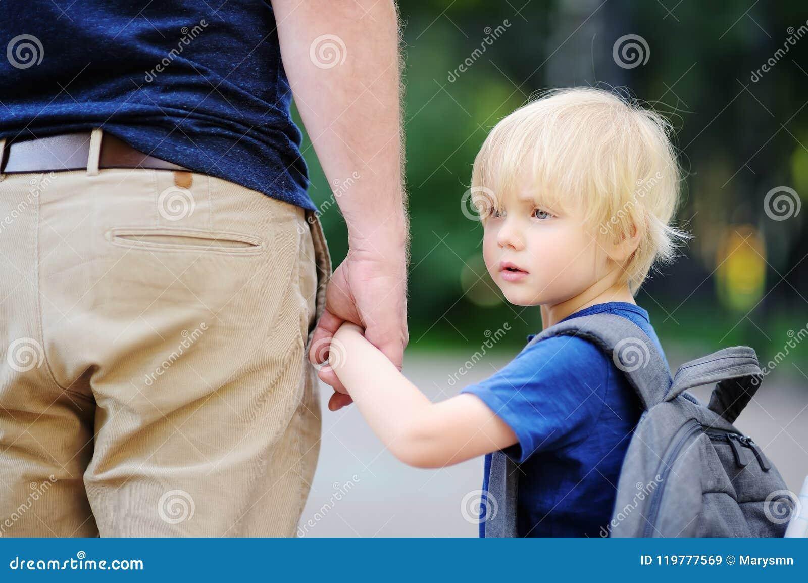 De nuevo a concepto de la escuela Pequeño alumno con su padre Primer día de escuela primaria