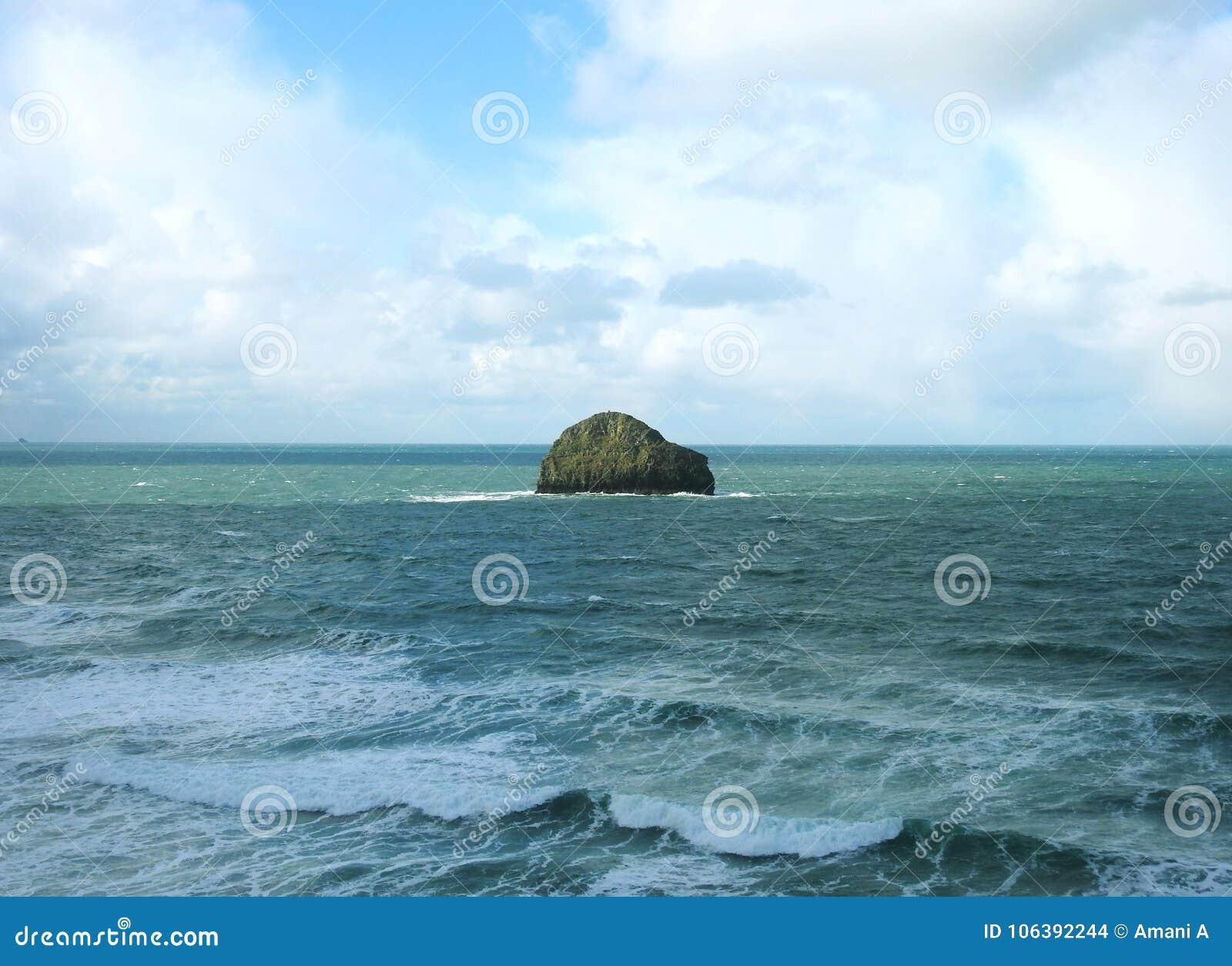 De oceaanmening van de kust at high tide bij Trebarwith-Bundel, Noord-Cornwall het UK