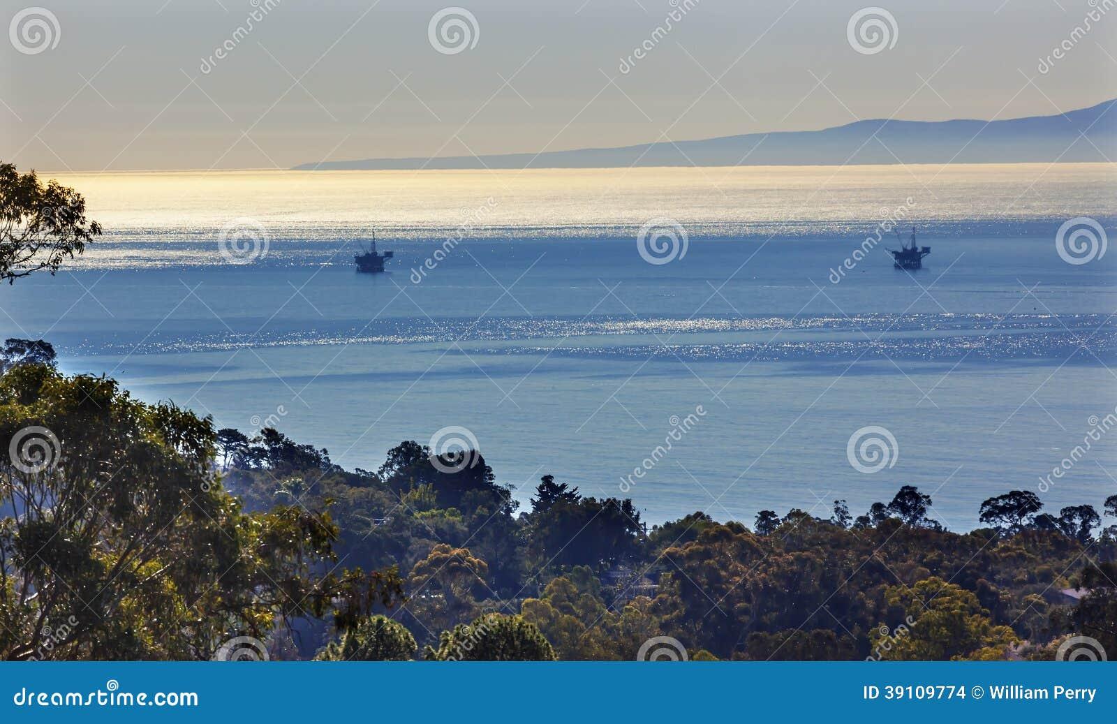 De Ochtend Vreedzaam Oceaanlandschap Santa Barbara van oliebronplatforms