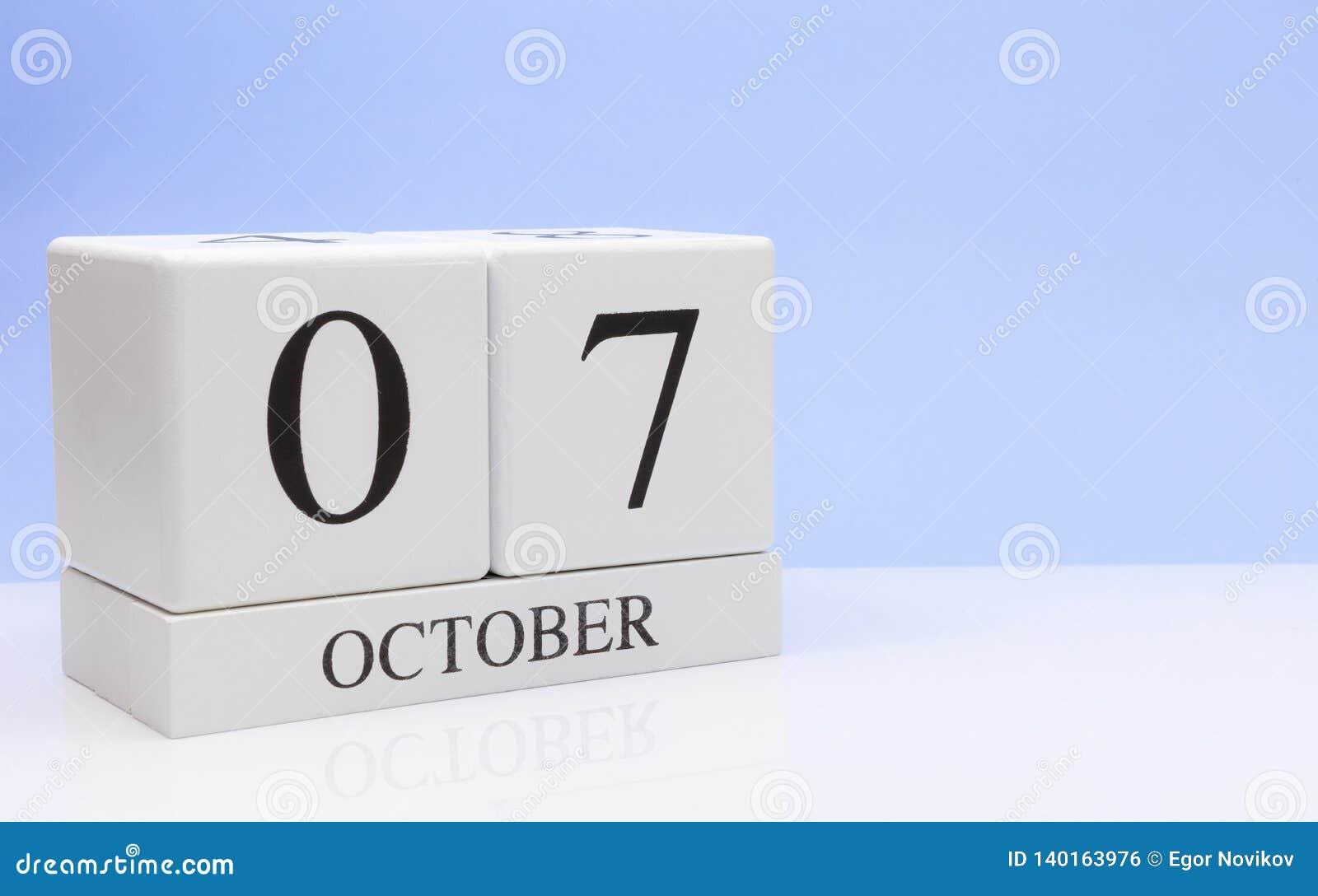 7 de octubre día 7 del mes, calendario diario en la tabla blanca con la reflexión, con el fondo azul claro Tiempo del otoño, espa