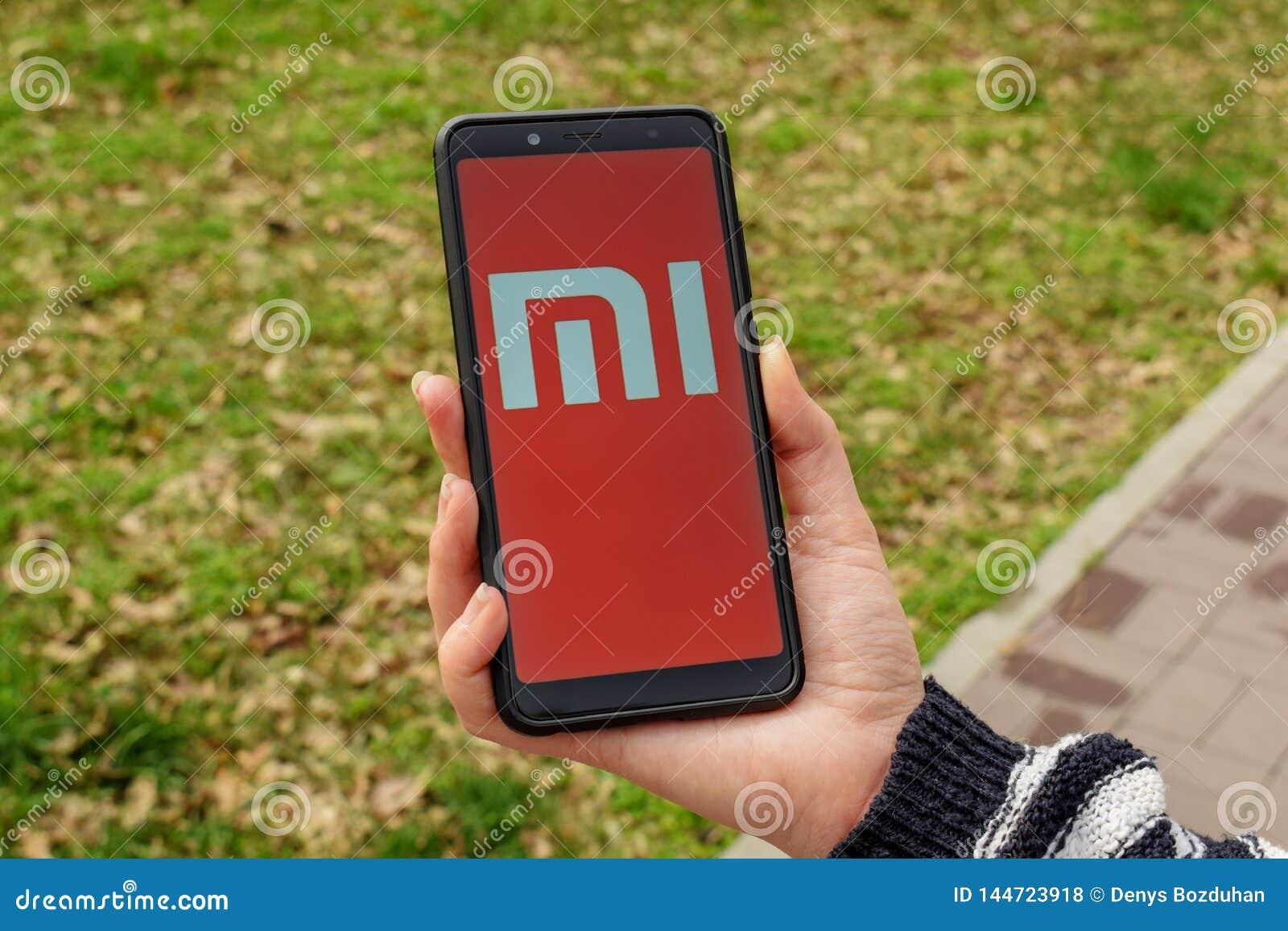 De Oekraïne, Kremenchug - April, 2019: Xiaomi MI embleem op Smartphone-het Scherm