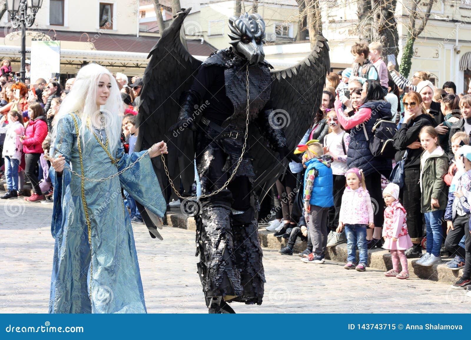 De Oekraïne, Odessa - April 1, 2019, Humorina: een parade van filmkarakters op Deribasovskaya-streptokok Moeder van Draken met ha