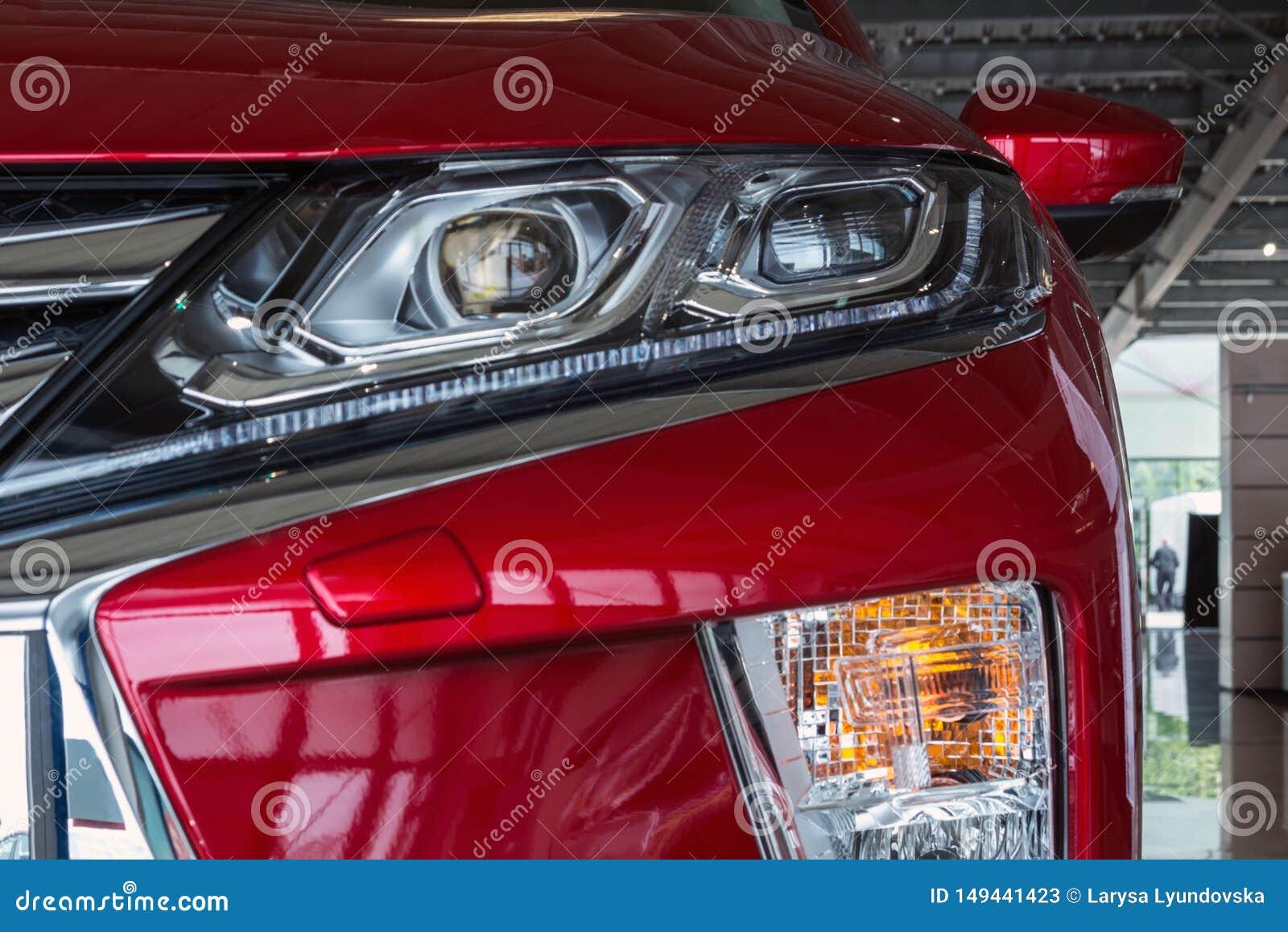 De Oekra?ne, Cherkasy, Mei 2019 Koplamp van een moderne rode auto Close-up Detail van automobielverlichtingssysteem