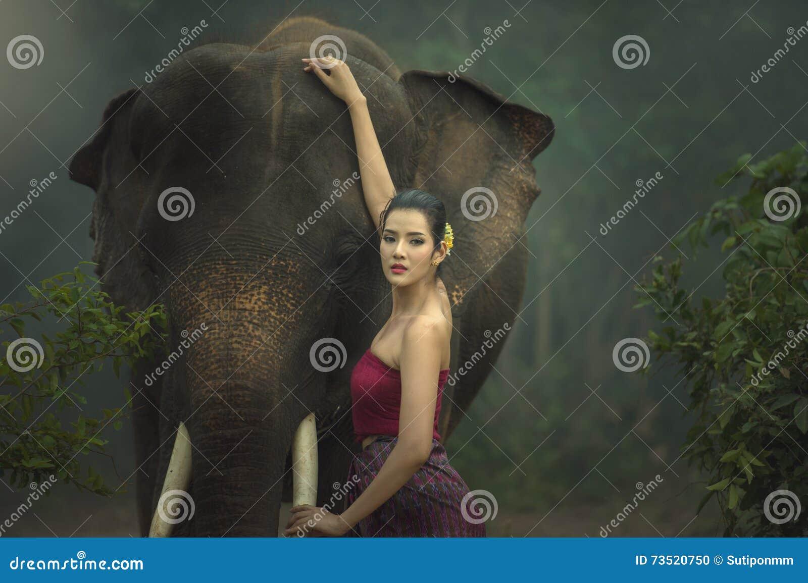 De olifant met vrouw