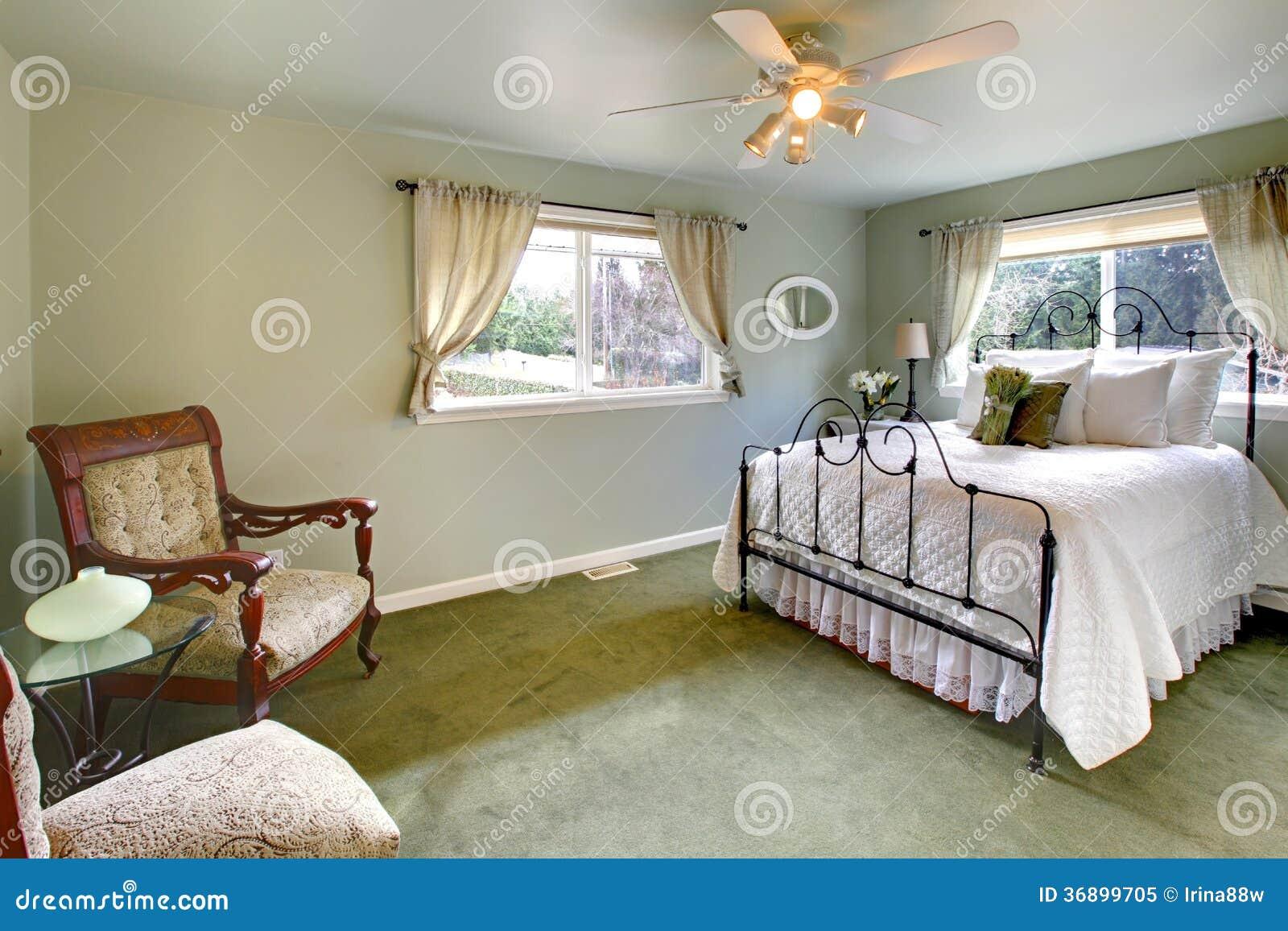De olijf stemt slaapkamer met het antieke bed van het ijzerkader stock afbeelding afbeelding - Foto van volwassen slaapkamer ...