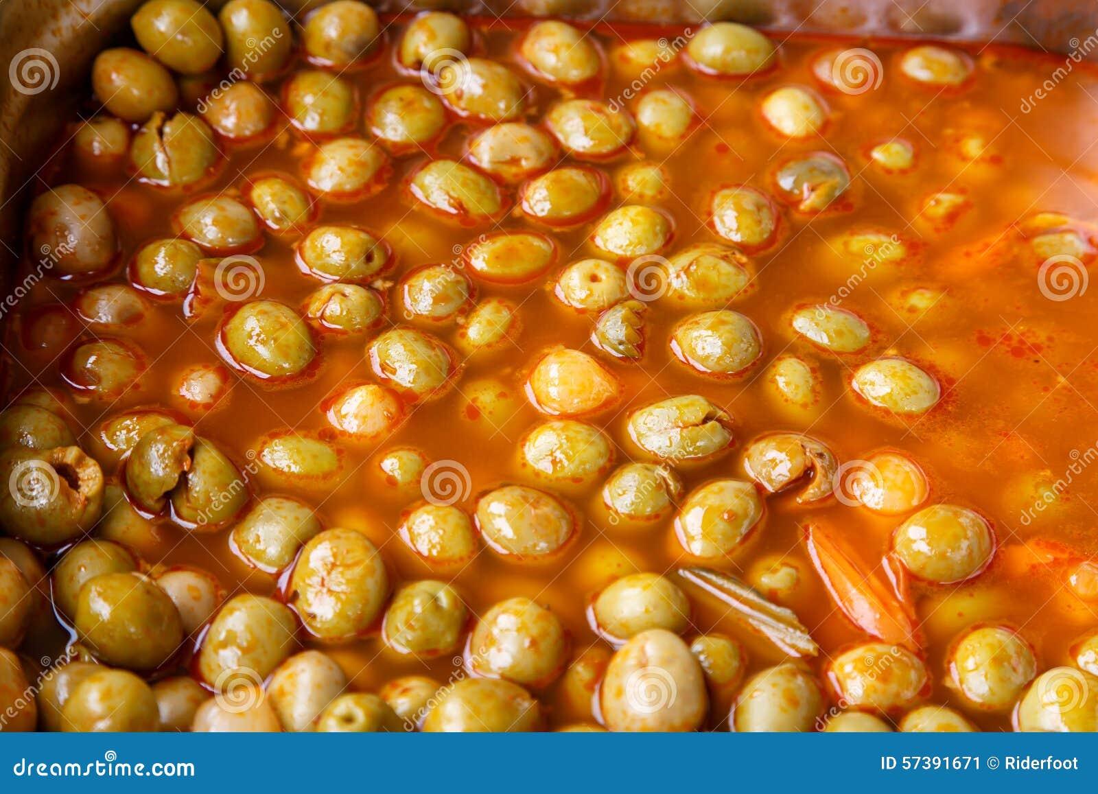 De olijven behouden binnen in een grote pot