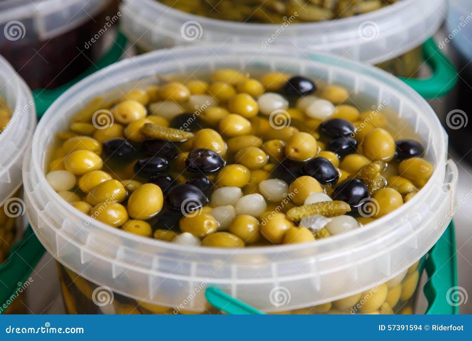 De olijven behouden binnen in een pot