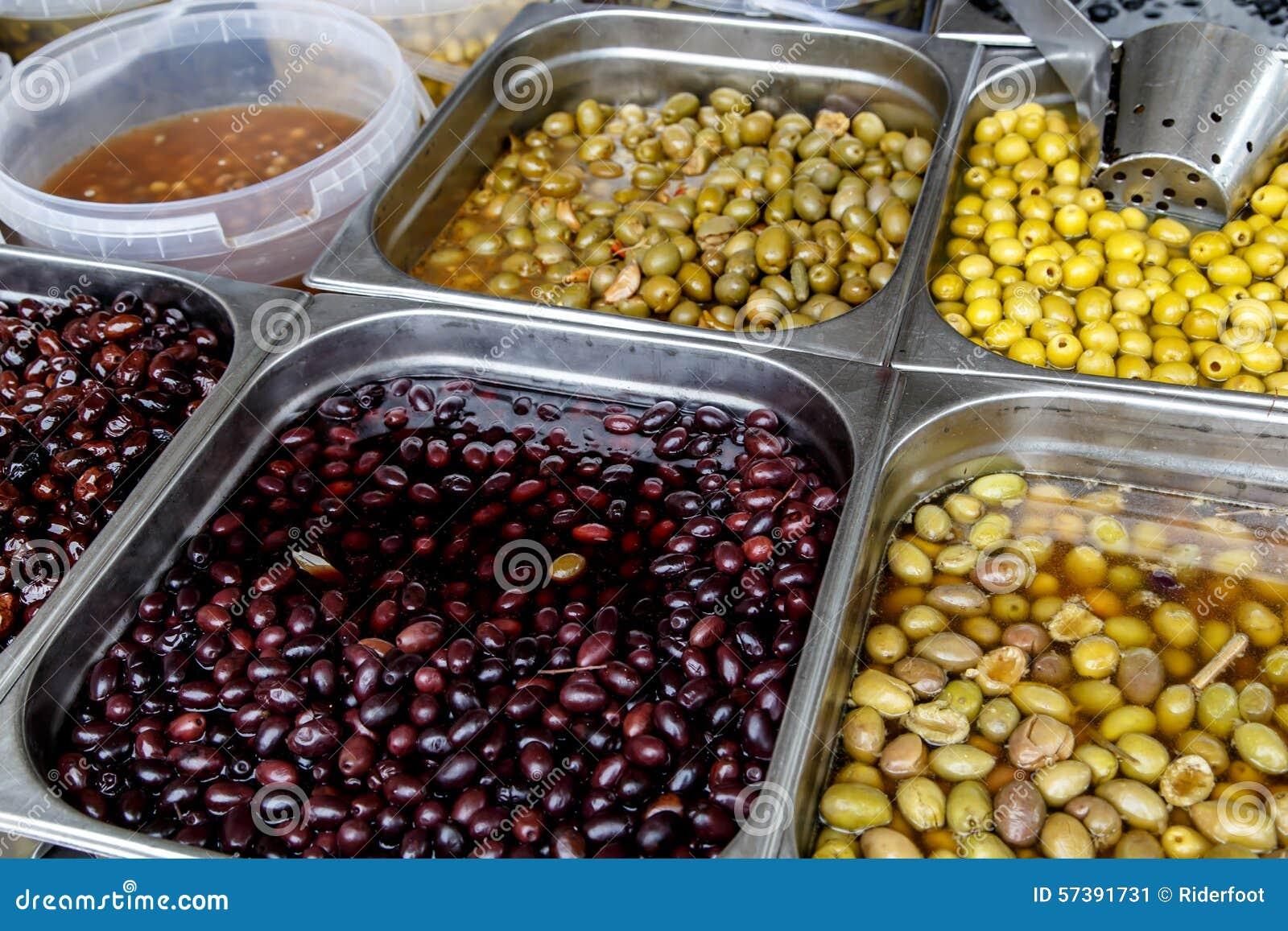 De olijven behouden binnen in potten