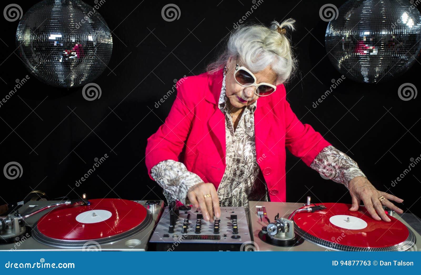De oma van DJ