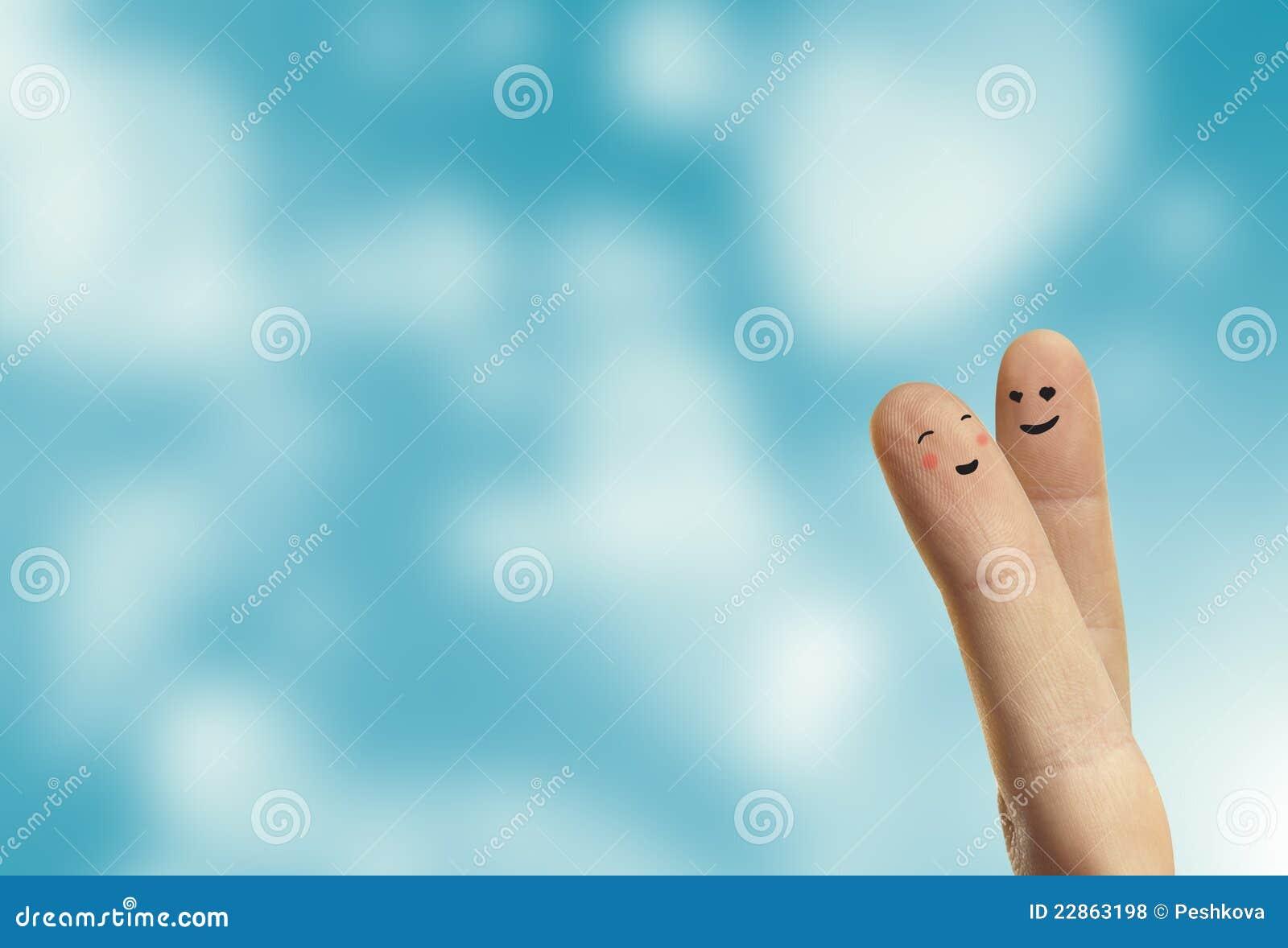 De omhelzing van het paar van gelukkige vingers smileys met liefde