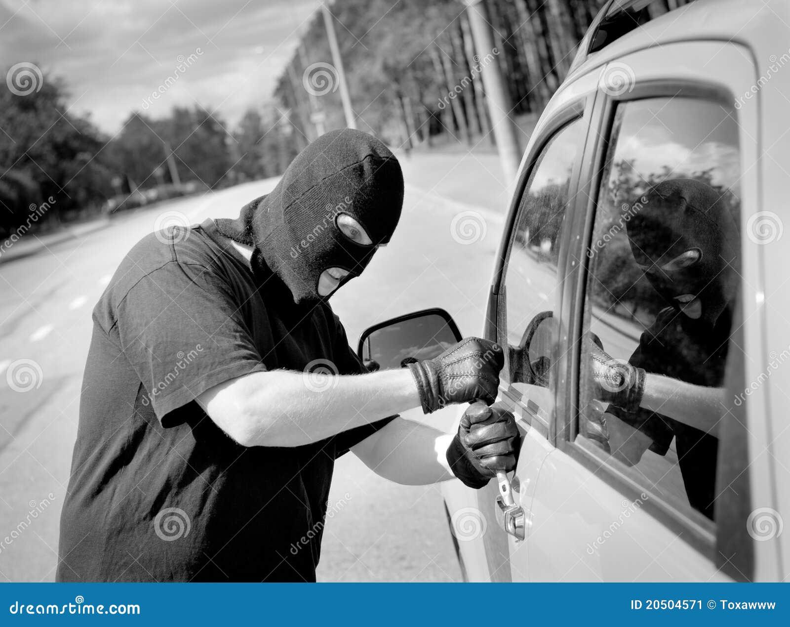 De onderbrekingen van de dief in een autodeur