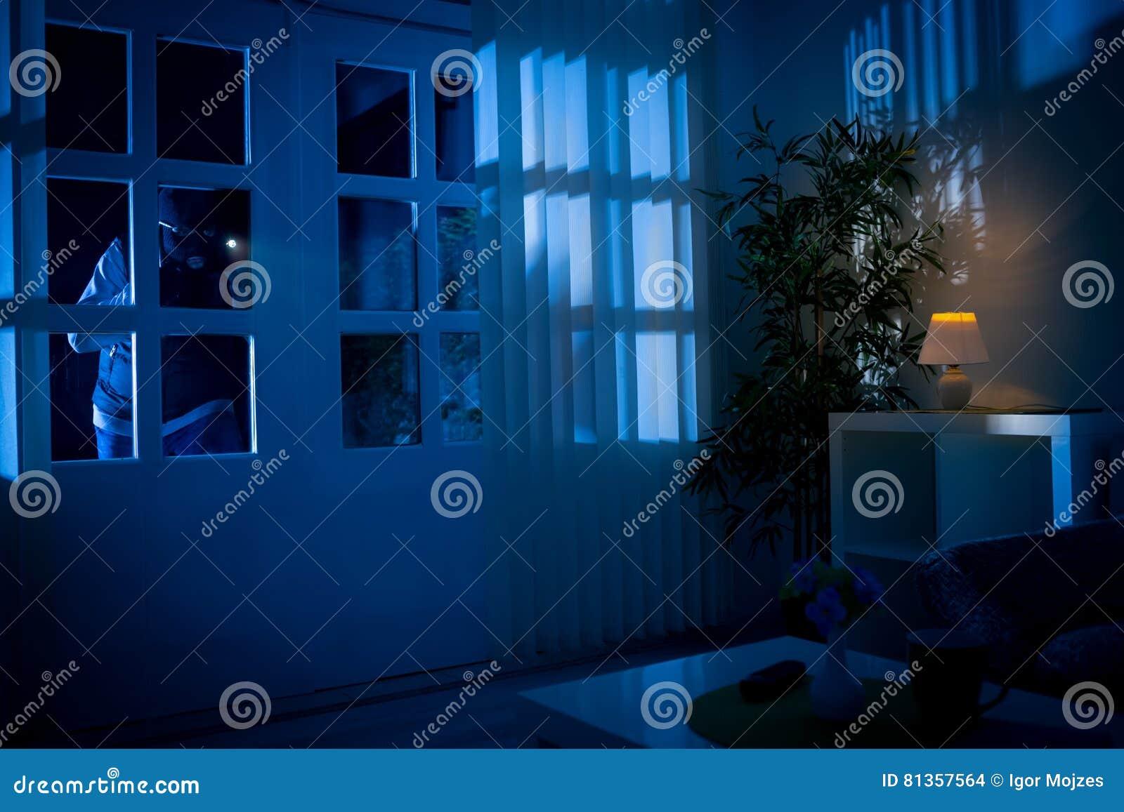 De onderbrekingen van de inbreker in huis