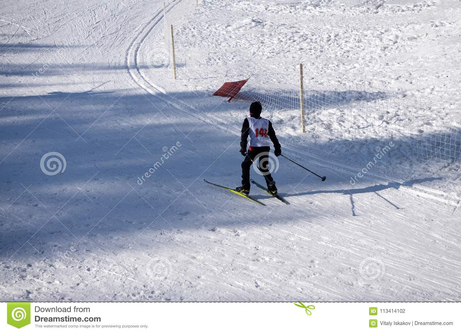 De ondergeschikte ski bergaf concurrentie wordt gehouden jaarlijks op de sneeuwskihellingen van de toevlucht van de de winterski