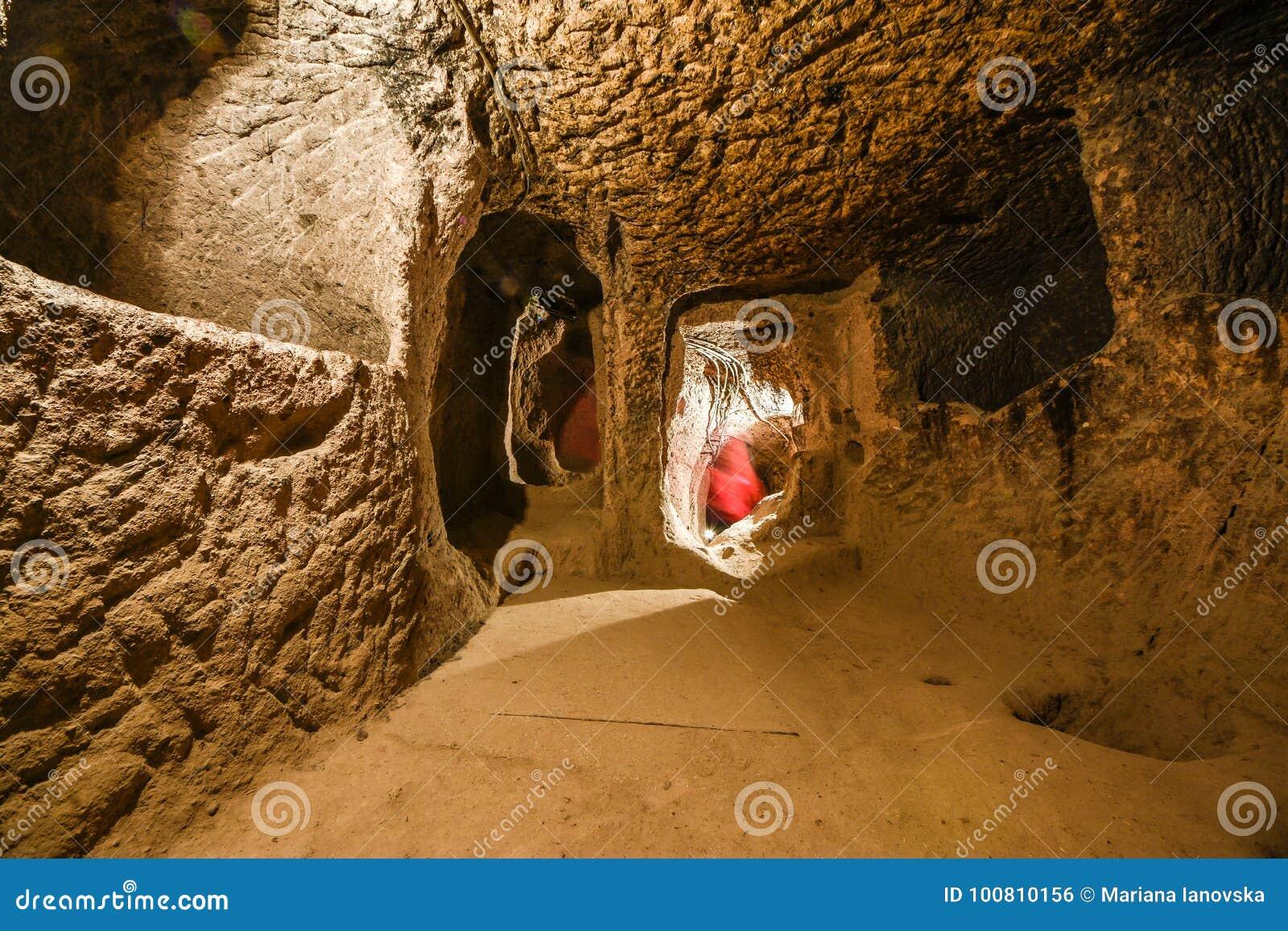 De ondergrondse stad van Derinkuyu is een oude holstad op verscheidene niveaus in Cappadocia, Turkije