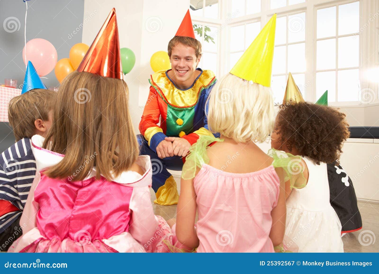 De onderhoudende kinderen van de clown bij partij