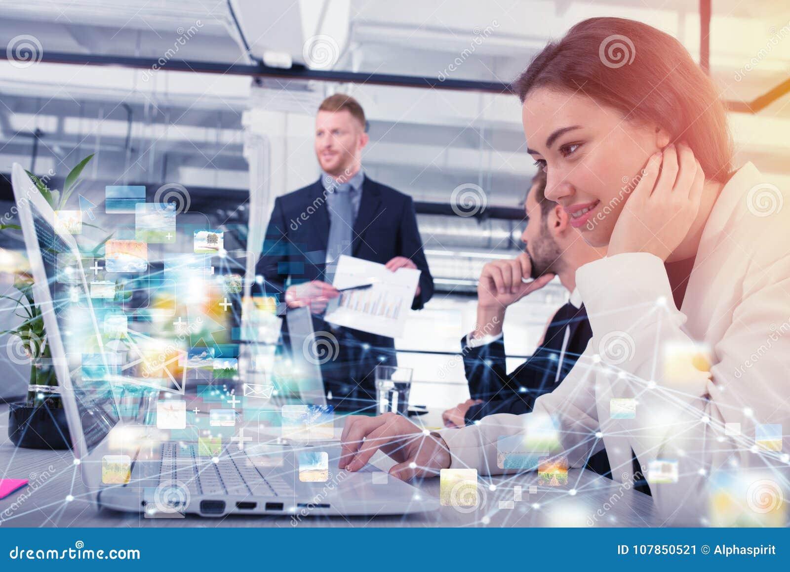 De onderneemster deelt online document met een snelle Internet-verbinding