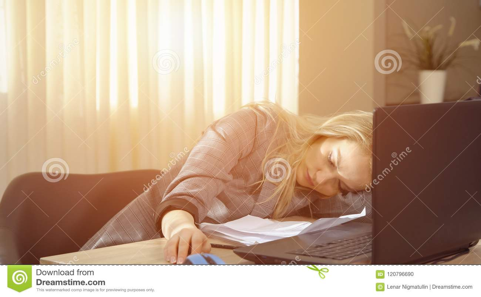 De onderneemster in kostuum die een dutje hebben herstelt enkel op laptop toetsenbord na het werk