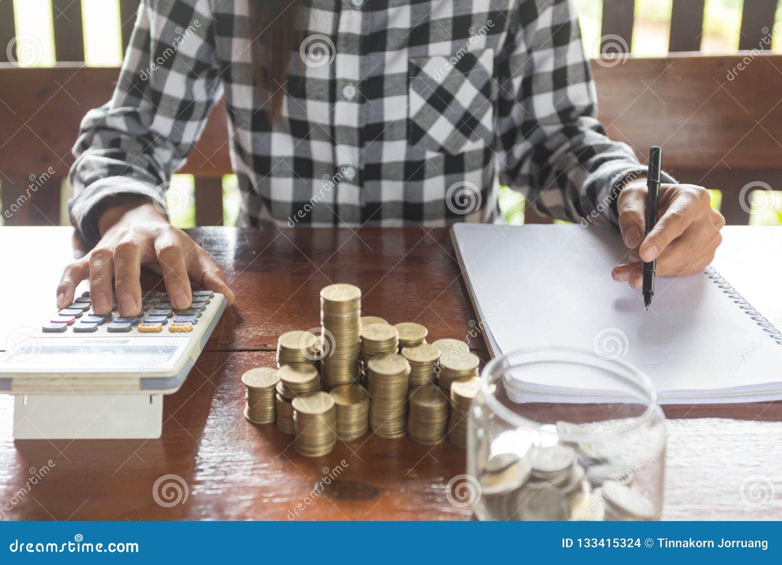 De onderneemster met calculator die makend nota s, hand is wri tellen