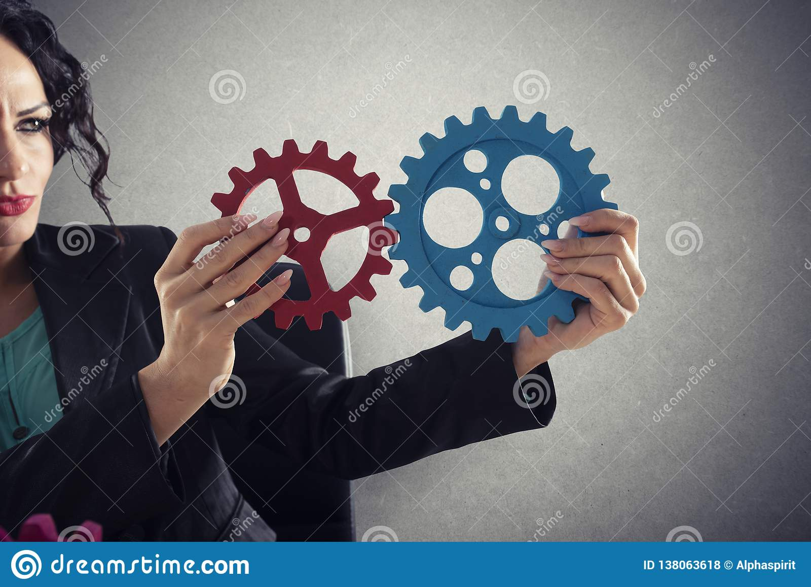 De onderneemster probeert om toestellenstukken te verbinden Concept Groepswerk, vennootschap en integratie