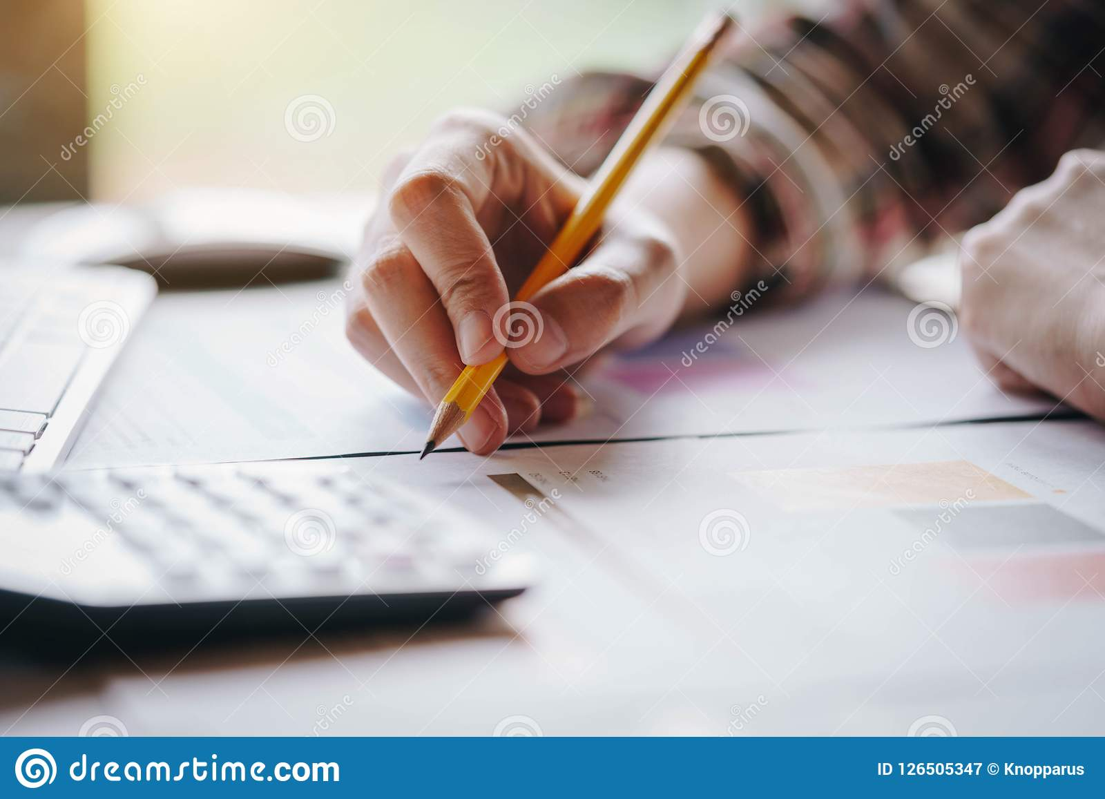 De onderneemsterhanden pen houden die werkend met calculator voor berekenen de zaken van de bedrijfswinstenomzet Bedrijfs financi