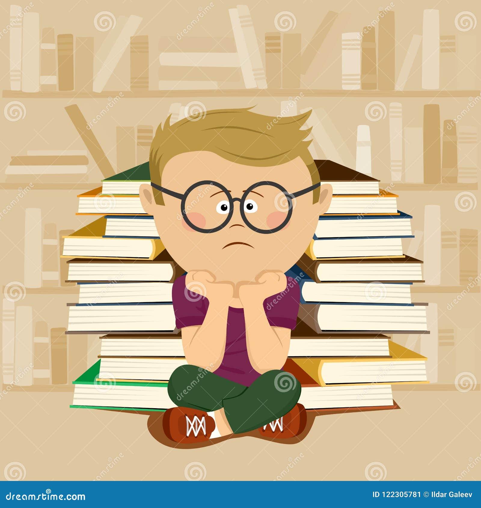 De ongelukkige zitting van de nerdjongen voor stapel van boeken en boekenrek in schoolbibliotheek