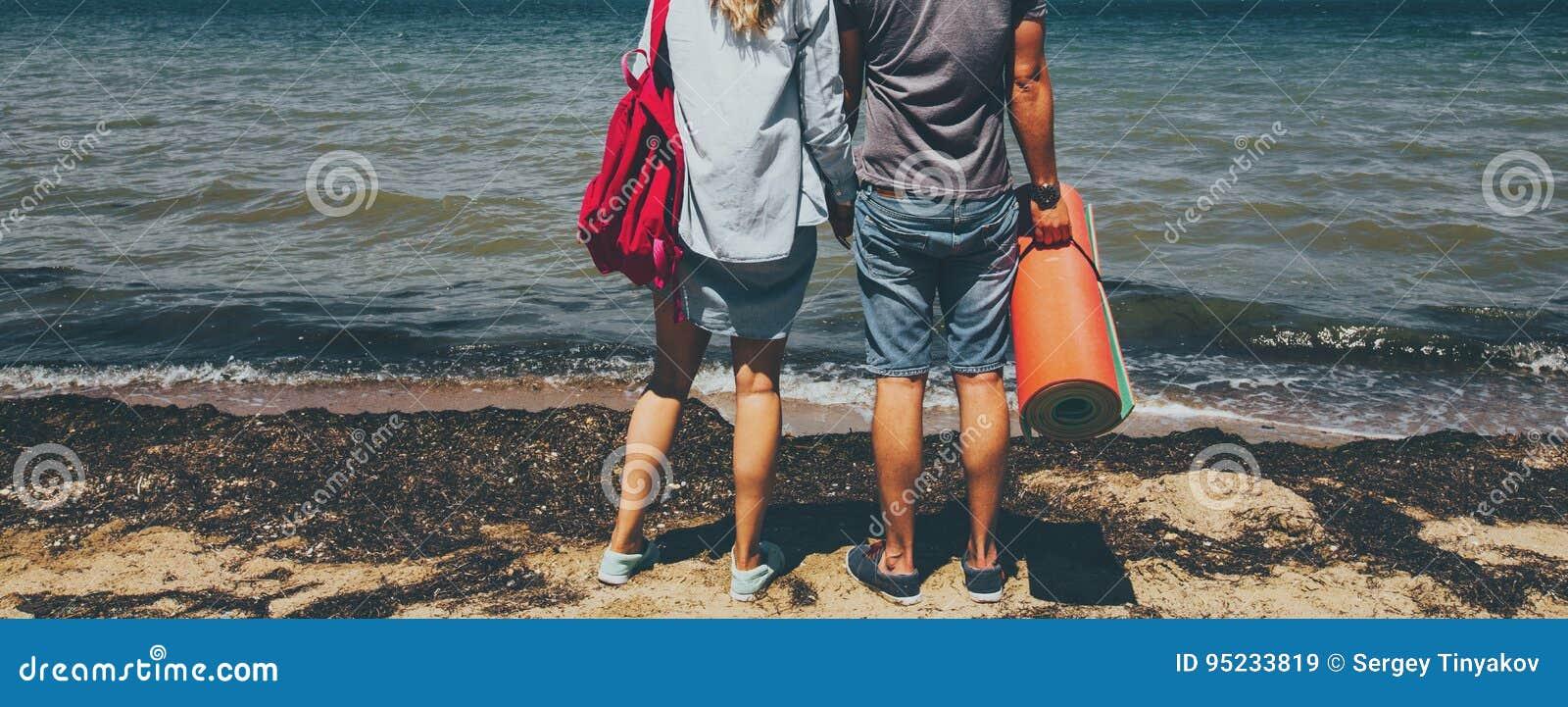 De onherkenbare Jonge Man en de Vrouw die van Paarreizigers zich op Kust bevinden en de Reis van Reis genieten van het Meningsavo