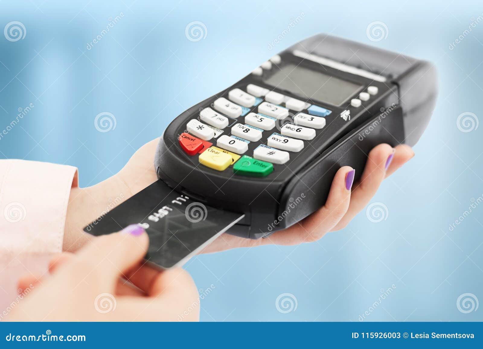 De onherkenbare vrouw houdt het jatten van machine en die betaalt de creditcard, voor aankoop, gebruikt bankterminal in winkel, o