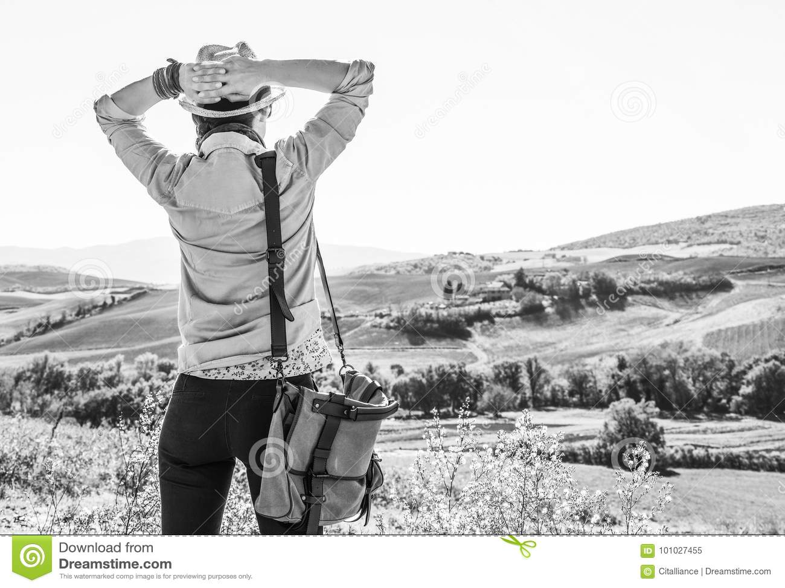 De ontspannen wandelaar die van de avonturenvrouw in Toscanië wandelen