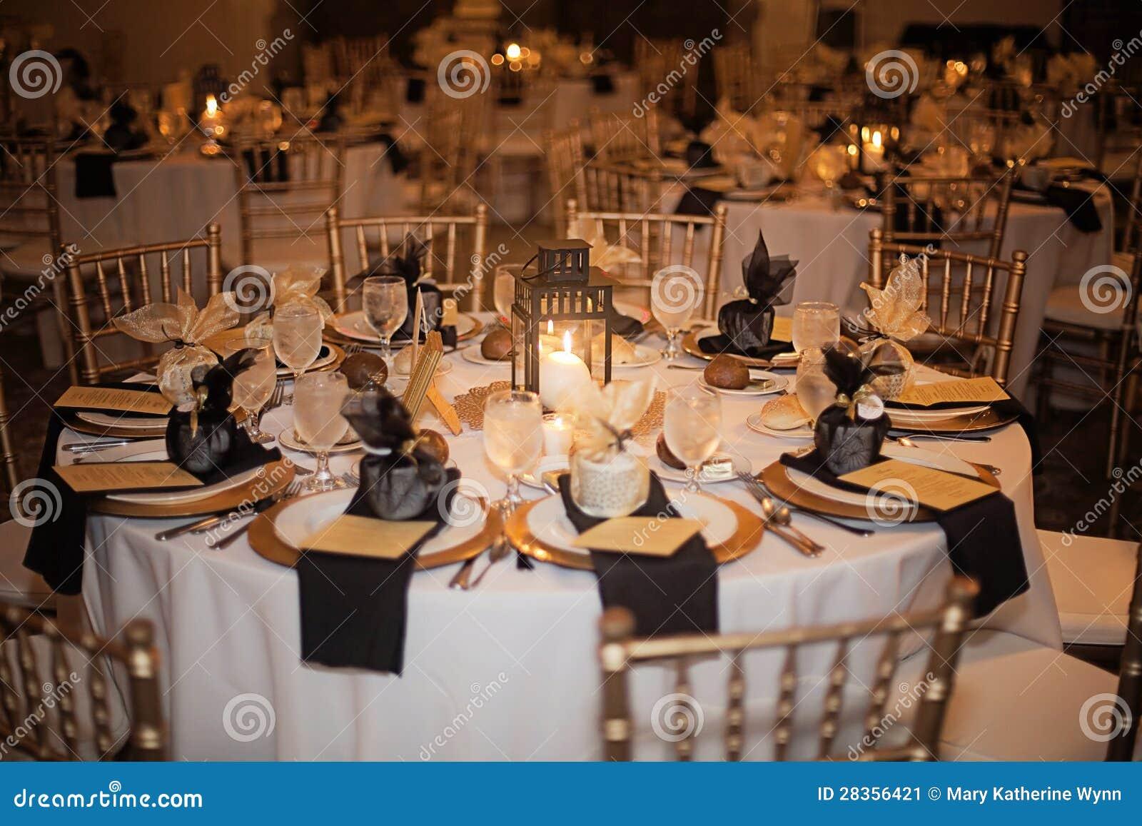 De ontvangsttrefpunt van het huwelijk bij nacht