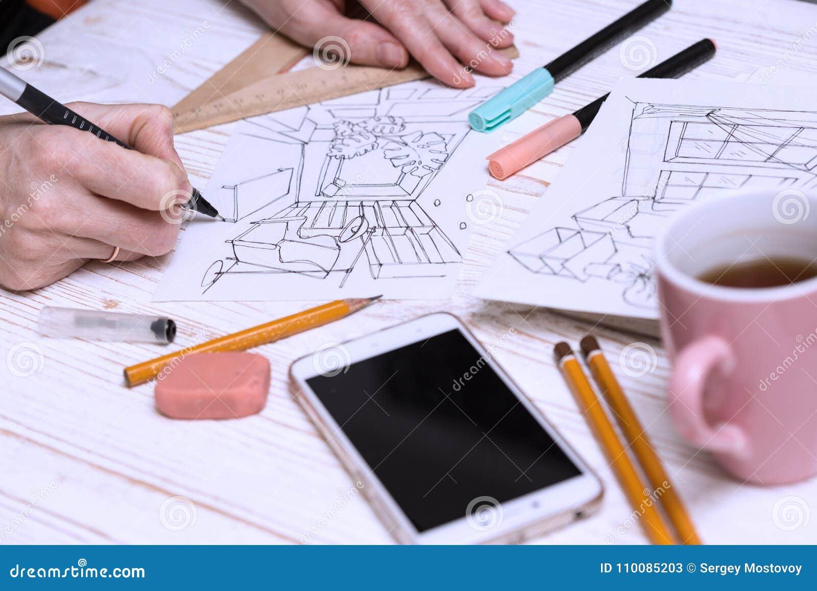 De ontwerper maakt een schets van het binnenland