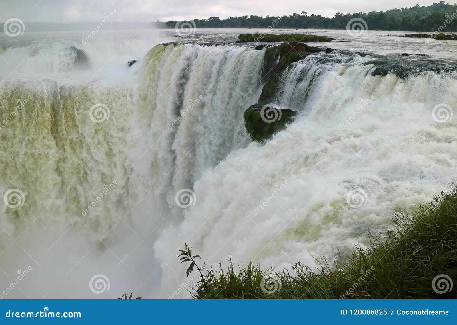 De ontzagwekkende mening van het gebied van de Duivels` s Keel van Iguazu valt aan Argentijnse kant, Misiones-provincie, Argentin