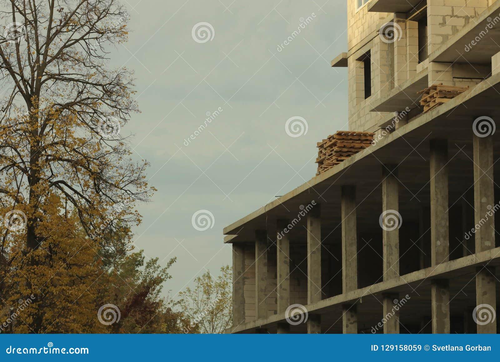 De onvolledige high-rise bouw, kraan, architectuur