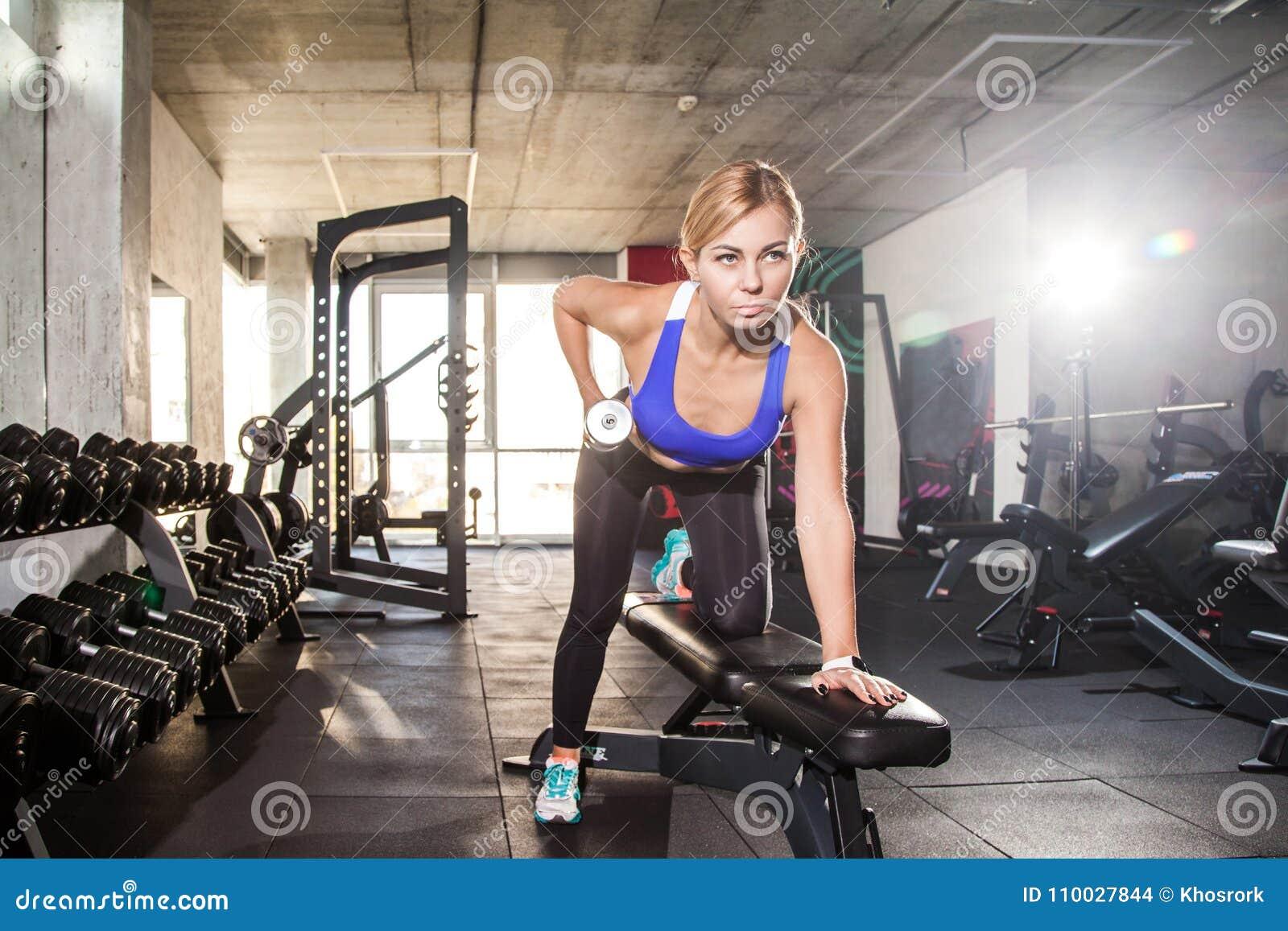 De opdrukoefeningendomoor van de blonde sportieve vrouw