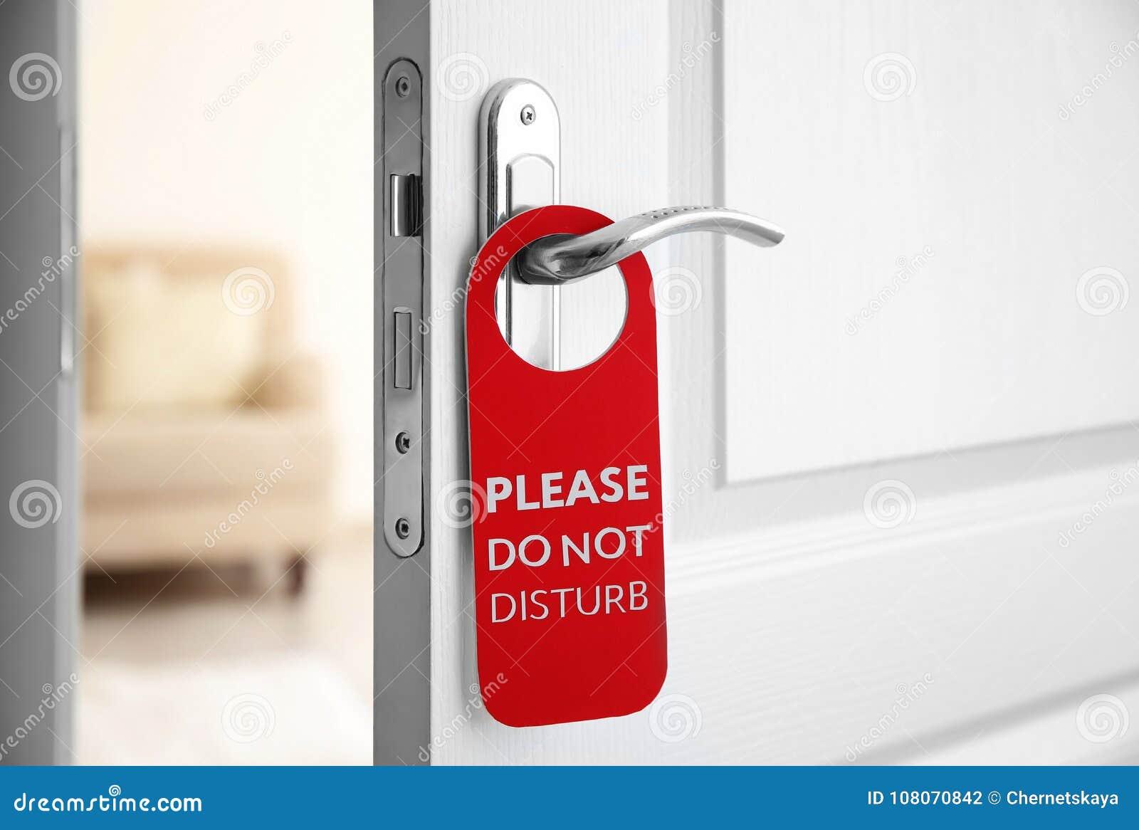 De open deur met teken GELIEVE TE STOREN niet
