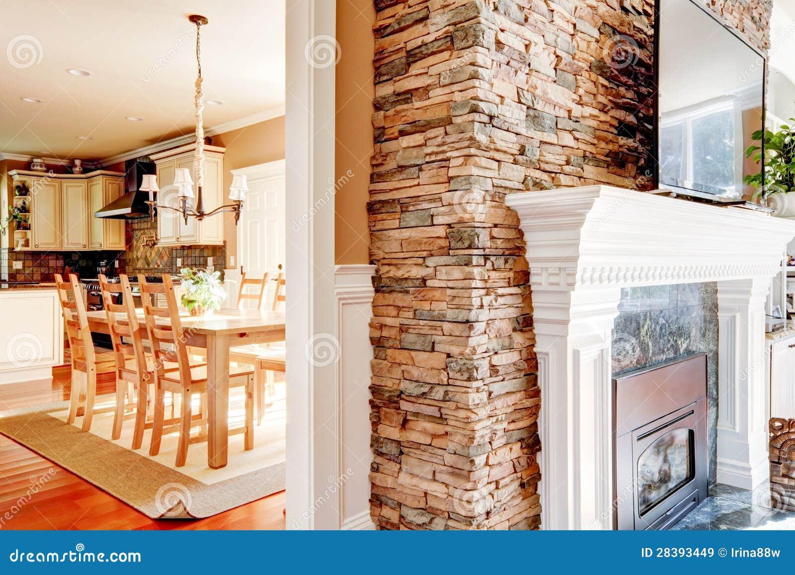 De open haard van de steen met tv en eetkamer en keuken. royalty ...