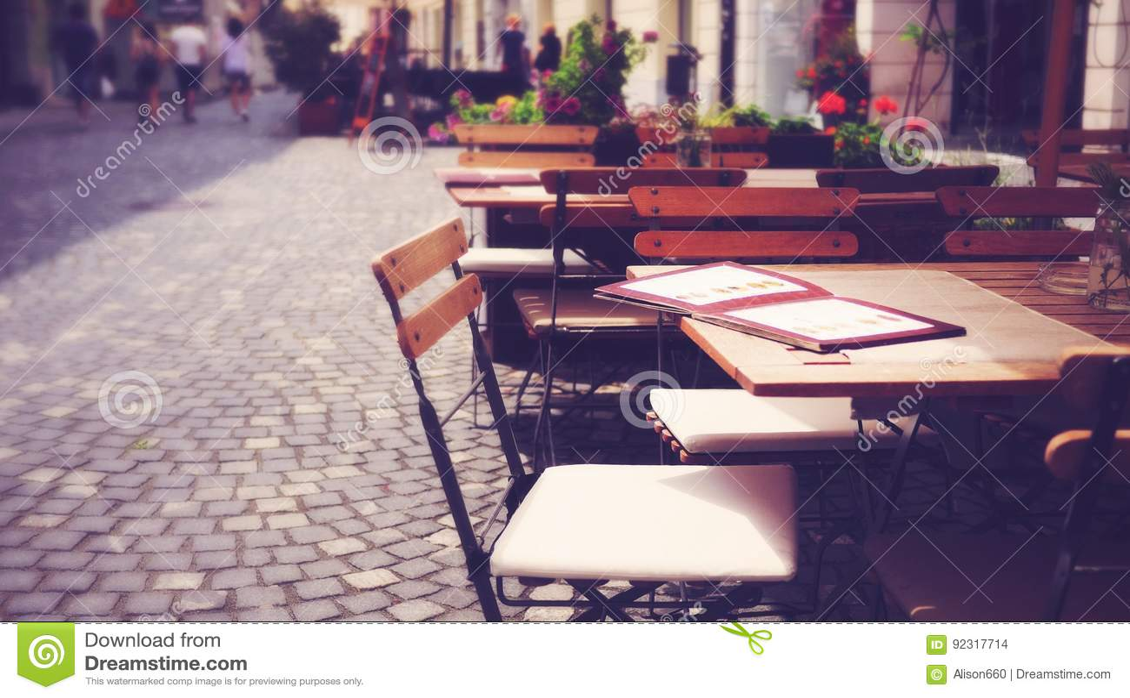 De openlucht Europese lijst en de stoel van de stoepkoffie