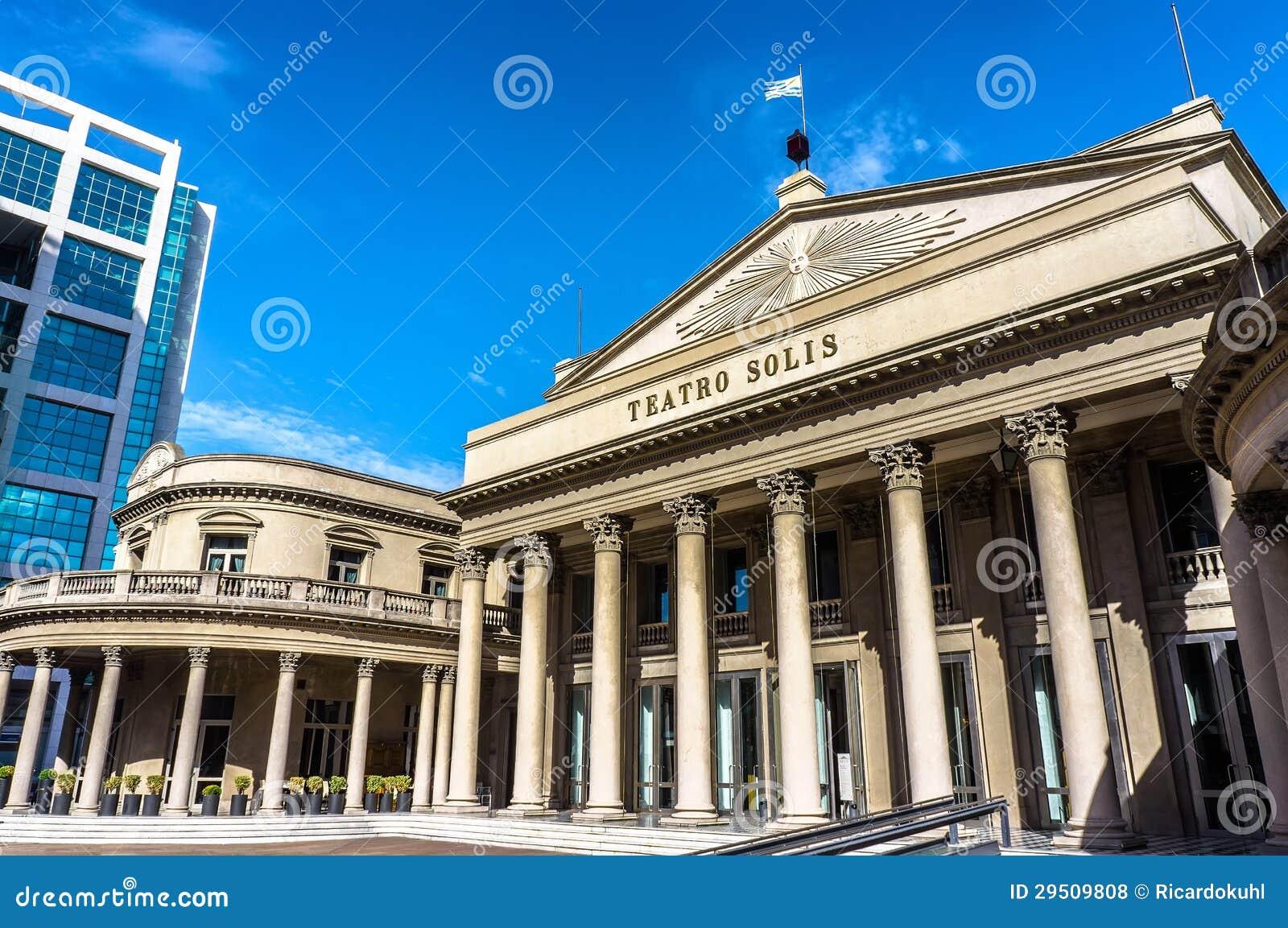 De operawoningbouw van Solis van Teatro bij blauwe hemel in Montevideo