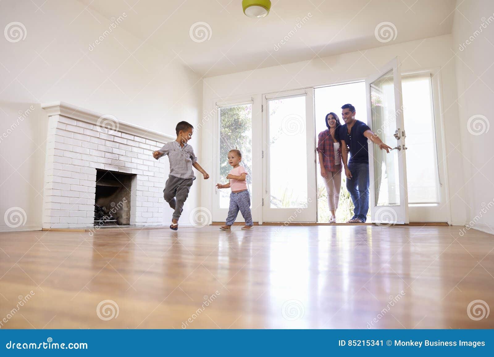 De opgewekte Familie onderzoekt Nieuw Huis bij het Bewegen van Dag