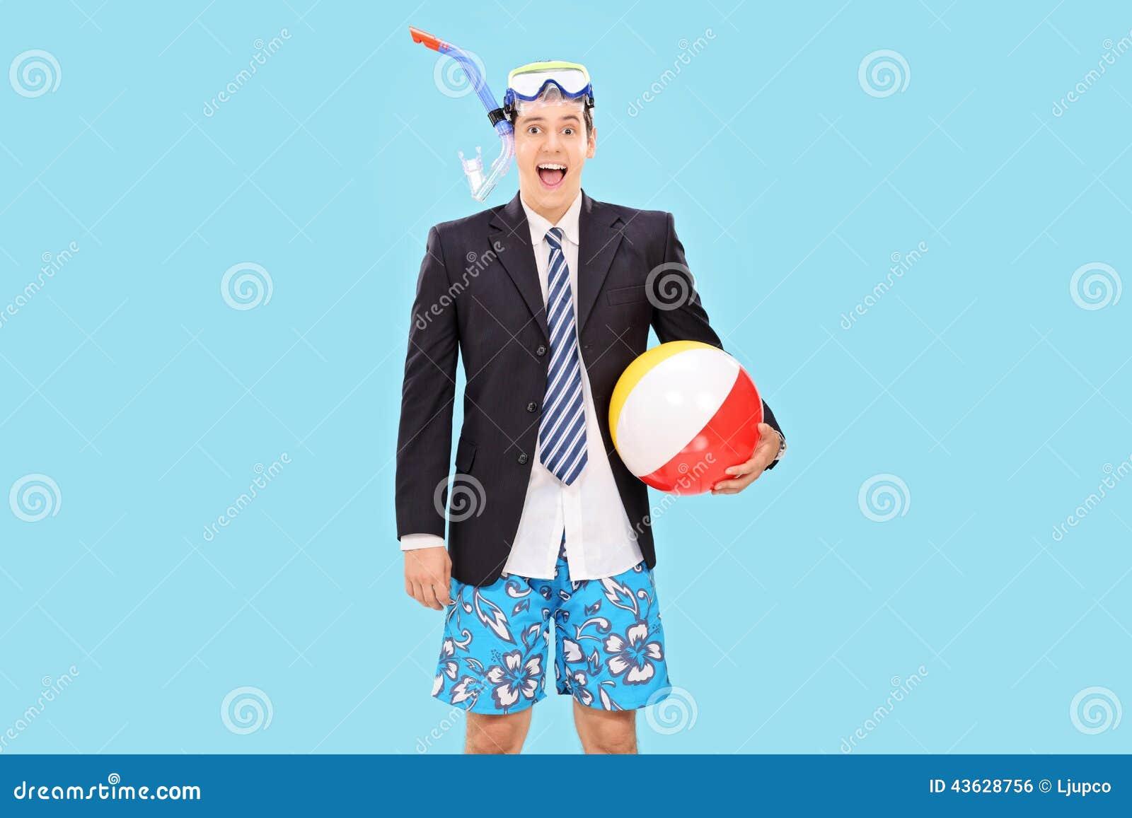De opgewekte zakenman met snorkelt en een strandbal