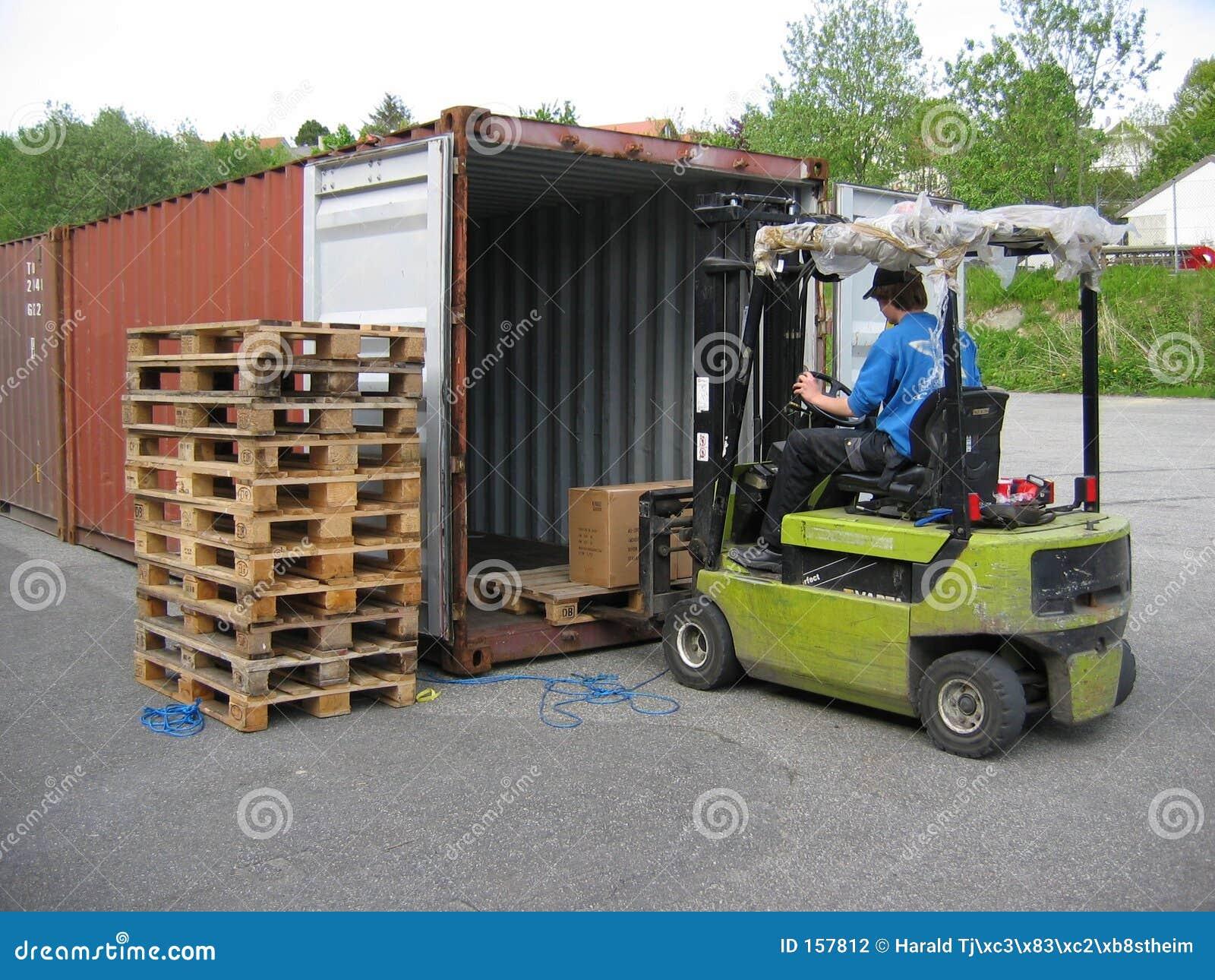 De opheffende pallet van de vrachtwagen uit container