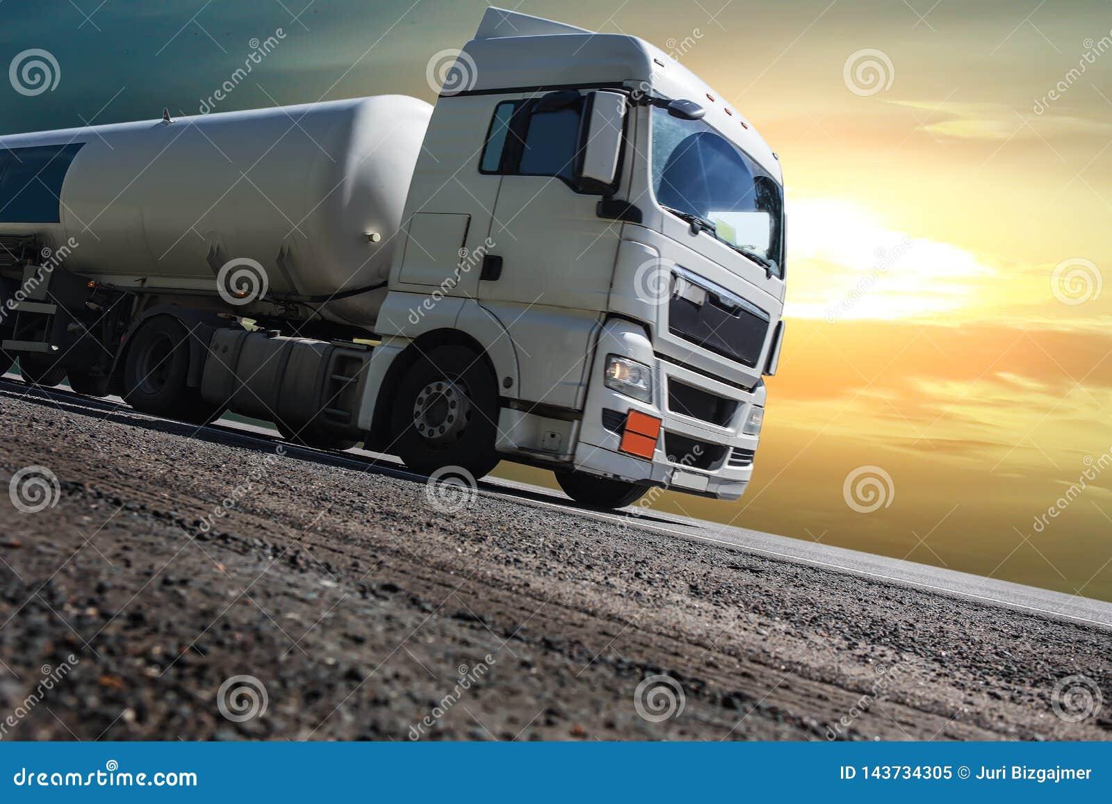 De oplegger van de brandstofvrachtwagen levert brandstof